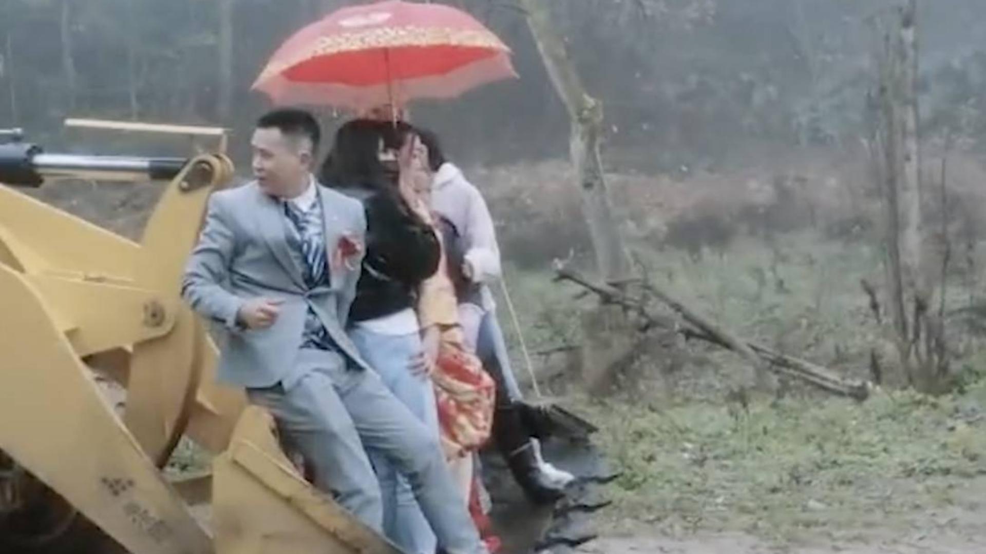 新郎铲车开路霸气接新娘:再烂的路也挡不住娶你的心
