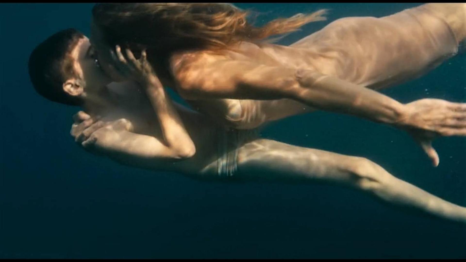 海女们掠走小男孩作为繁衍生息的工具,一部超现实主义的科幻电影 《进化岛》