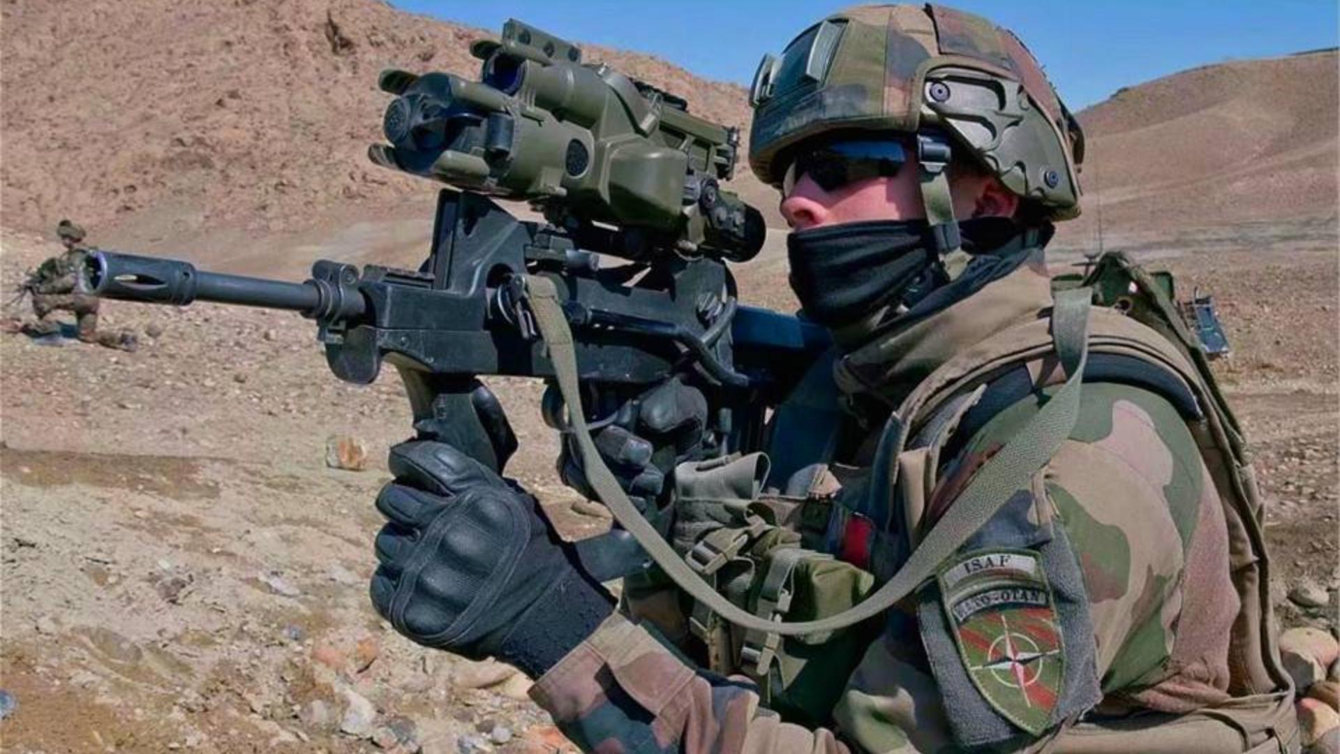 """美国州警夜查贼窝被袭匪徒战术突击! ,""""  4把AR全自动武器 一发M136AT4火箭筒"""""""