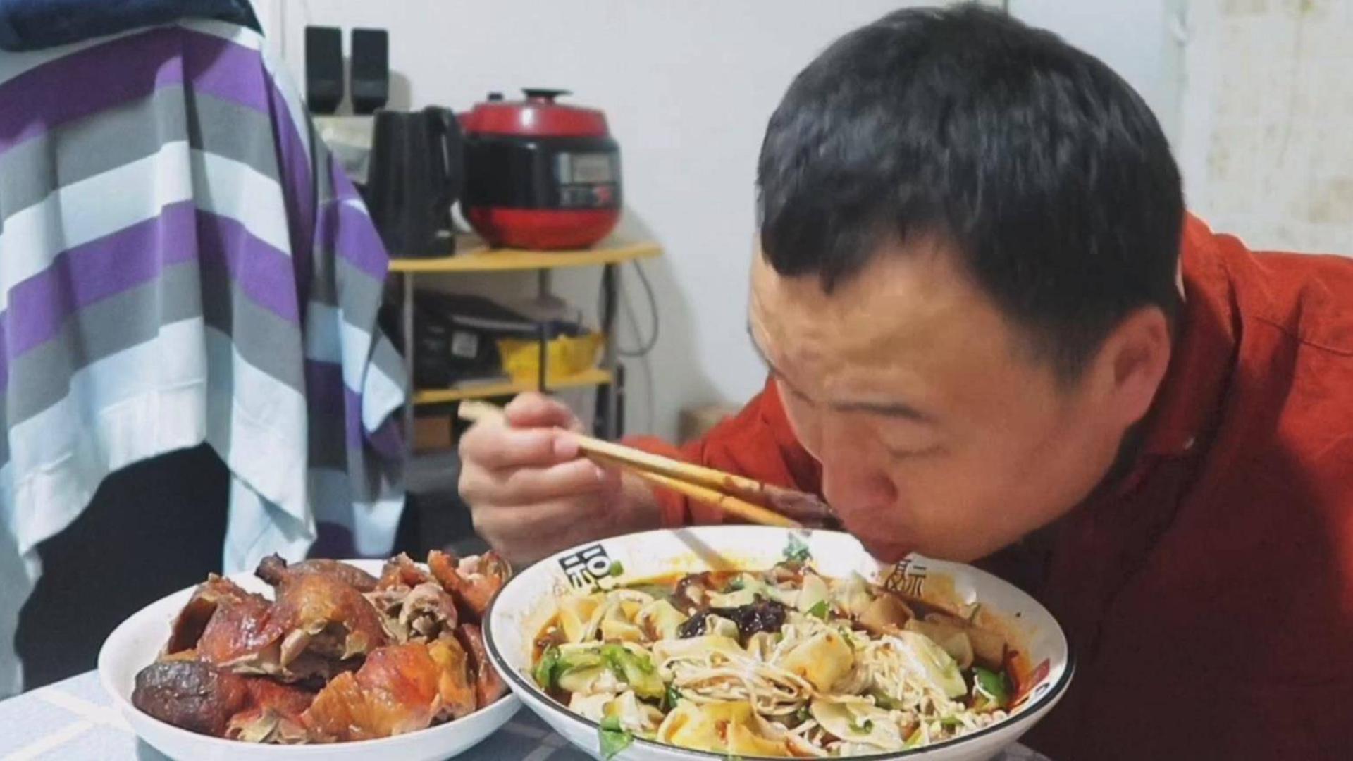 小伙晚餐自制红油抄手、麻辣鲜香,配一只烤鸭,大快朵颐,超过瘾