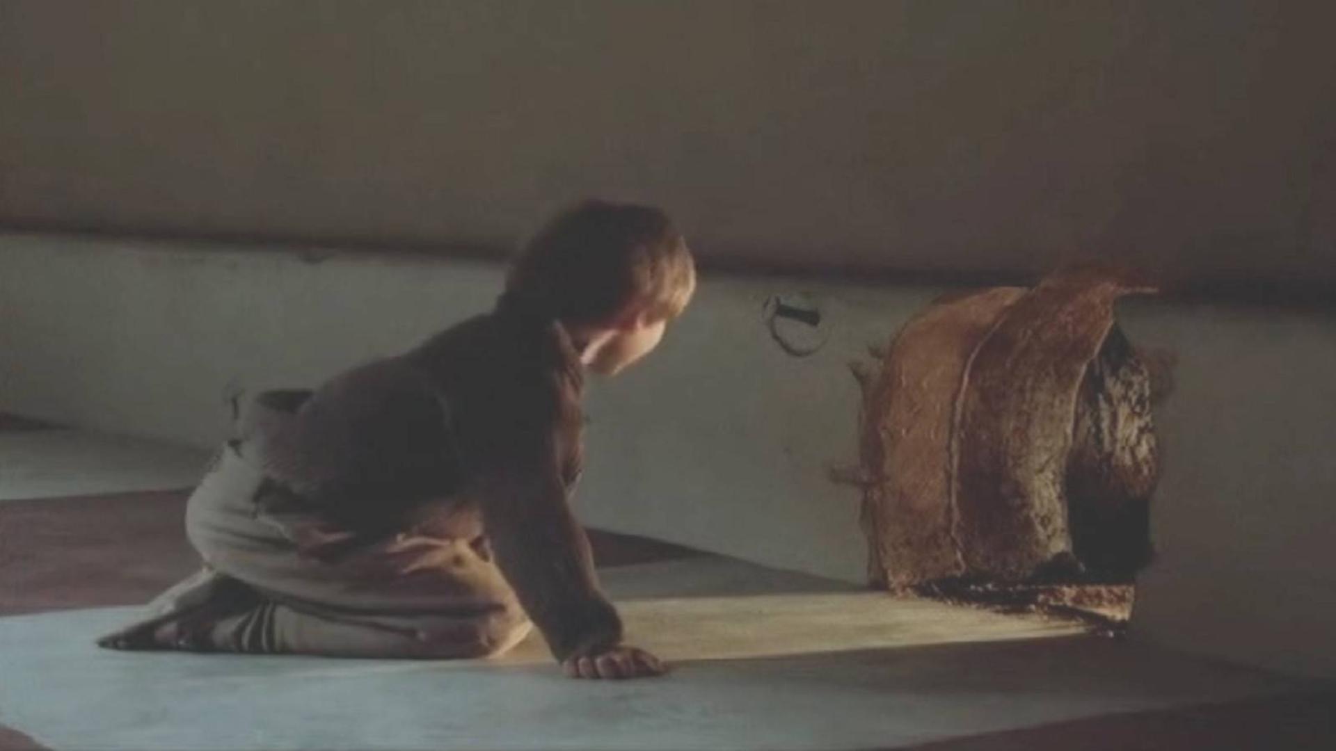 穷小伙为了省钱不交房租,把自己变成小人,每天住在老鼠洞里