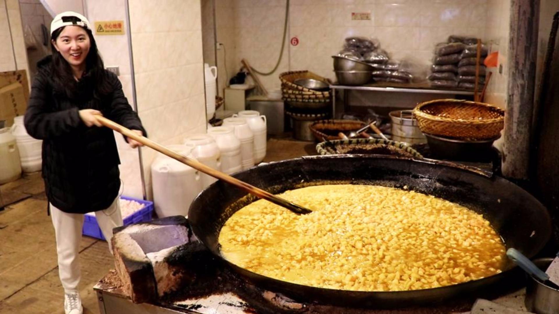 贵州五花肉土豪吃法!一锅250斤只出30斤,卖价很贵,拌面吃很香