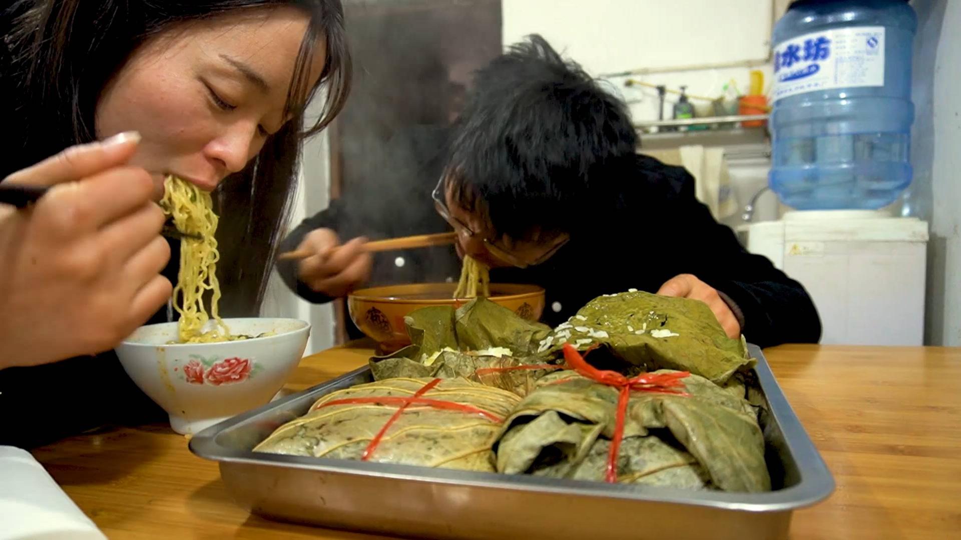 三斤糯米做荷叶鸡,媳妇一个就吃撑,一大盘配着泡面吃,好过瘾