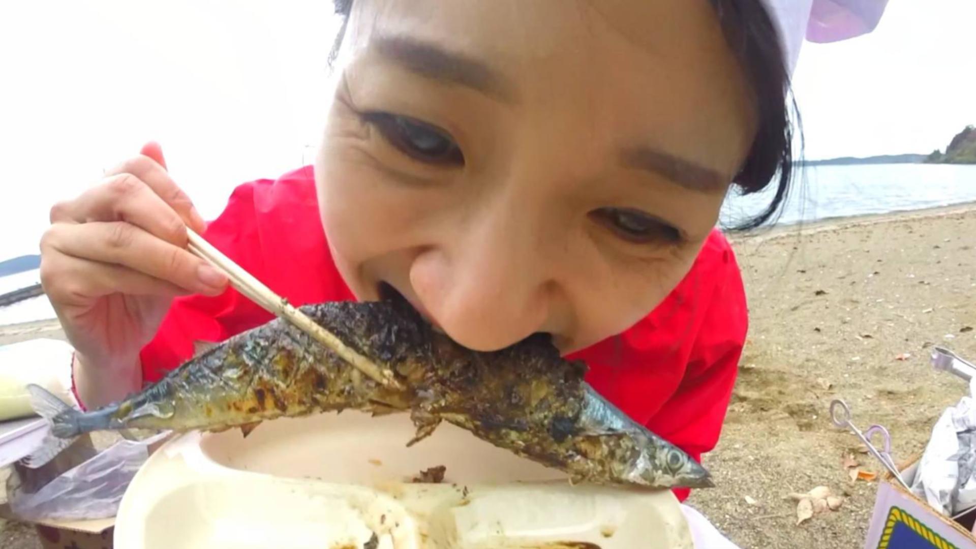 """日本青森""""应季""""海鲜烧烤大餐ヽ(•̀ω•́ )ゝ 边烤边吃最美味啦~!香哟~~~"""