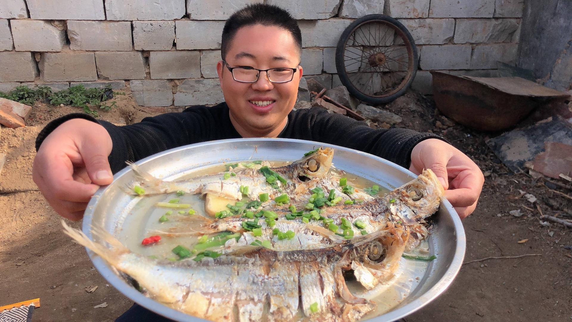网友送来3条鱼鲞,第一次见这种鱼,吃一口:盐不要钱的嘛!