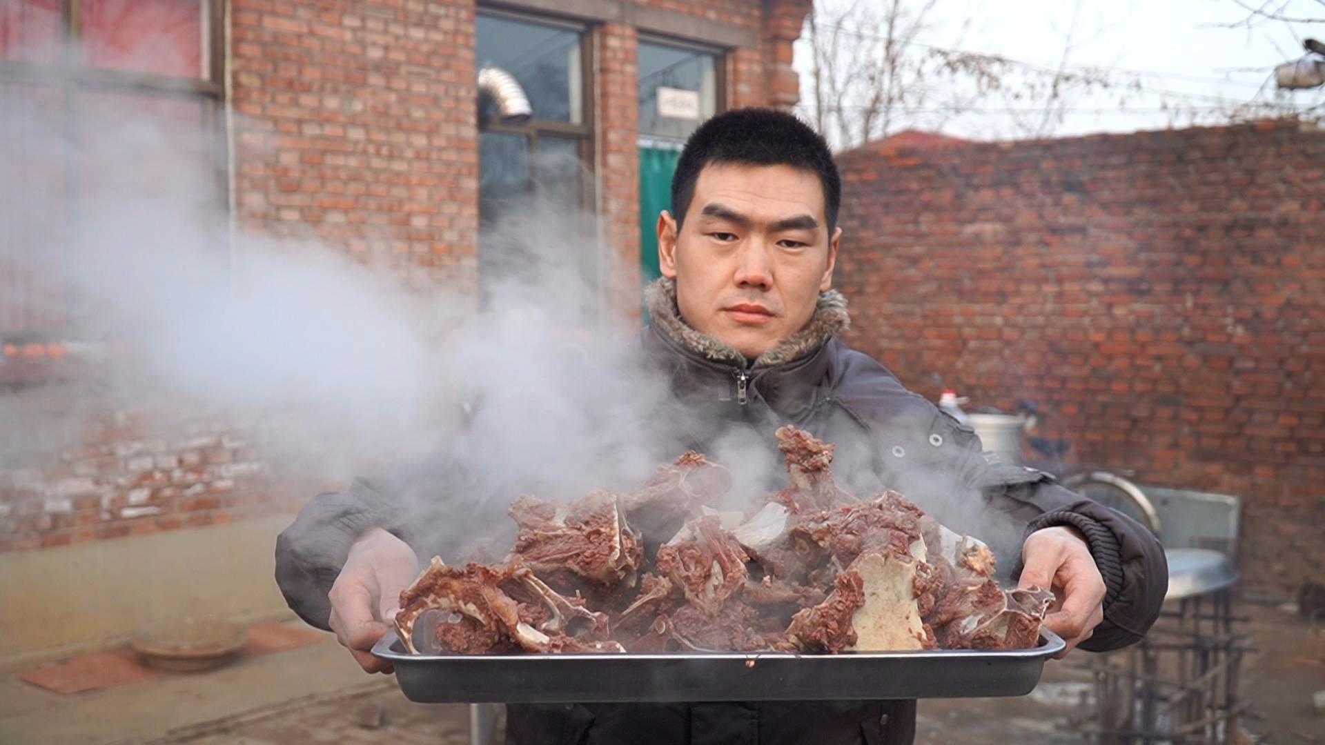 阿远买了15斤驴架子,和老板要了些老汤,大火炖4个小时,上手啃