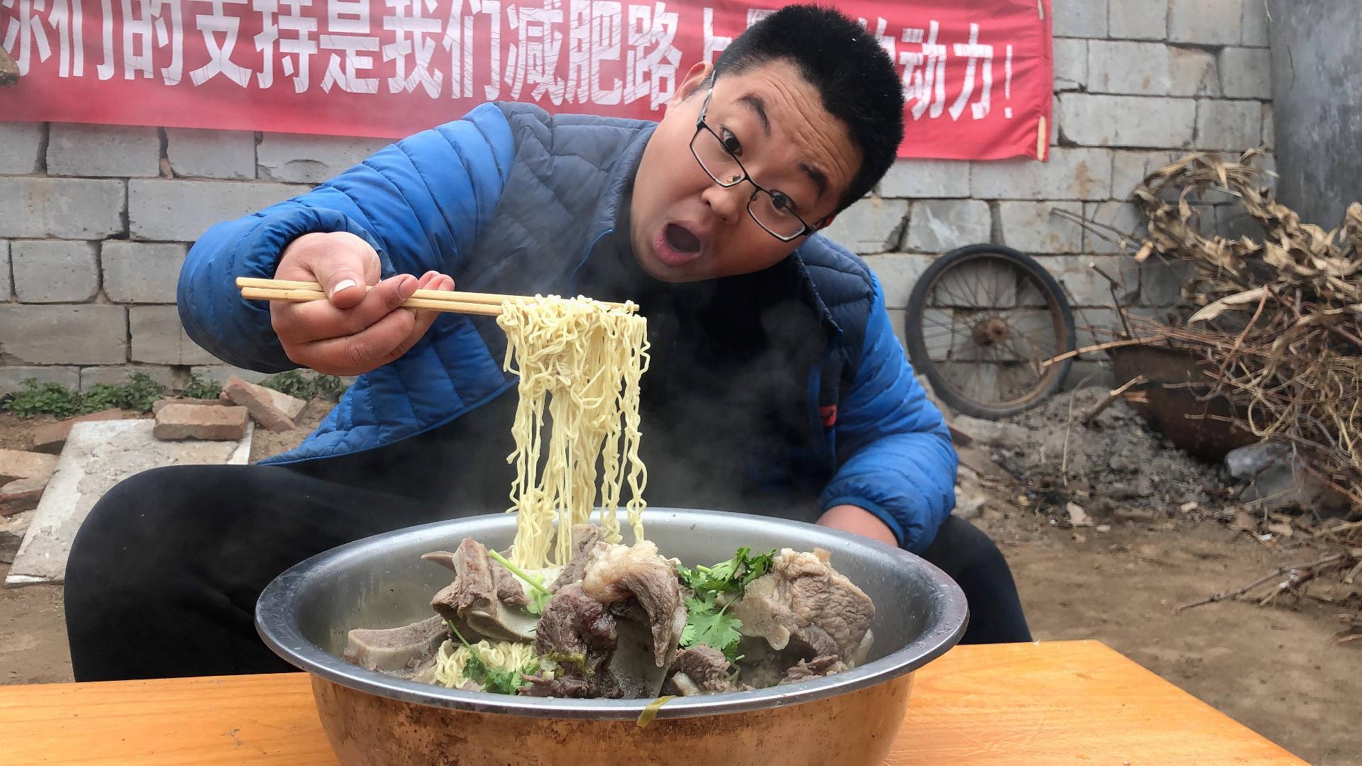 80买8斤猪大骨,熬一锅大骨汤,做盆猪骨面,吃一口根本停不下来