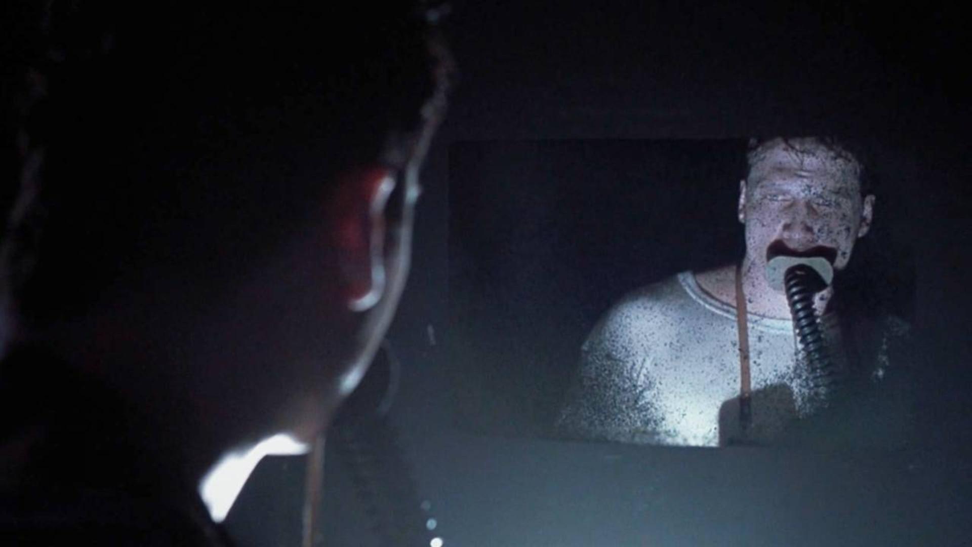 潜艇发生意外,士兵进去救援,却从镜子中看见了奇怪的东西