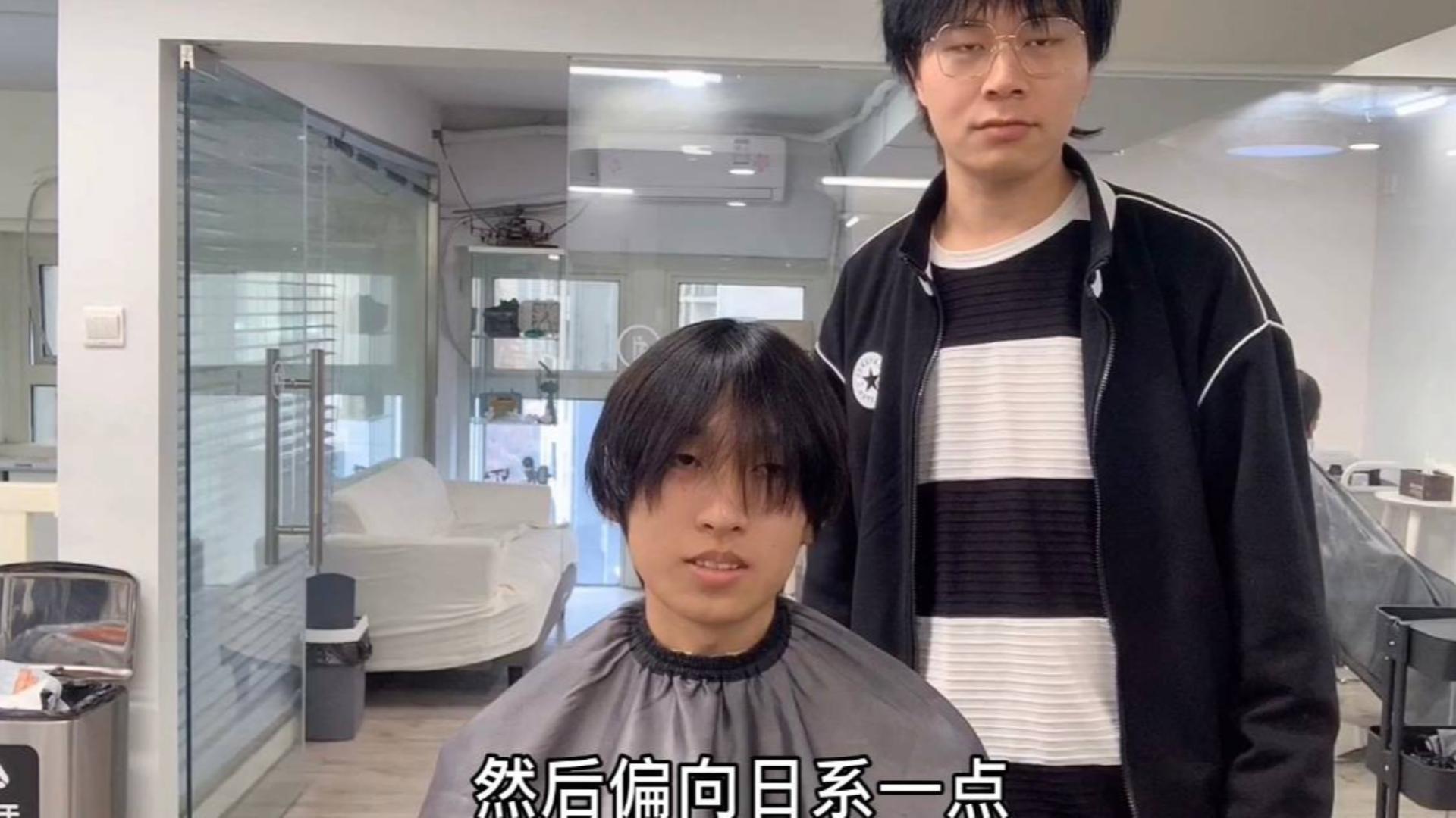 男生头发又直又贴,发型师帮他设计了一款日系潮男发型,太帅气了