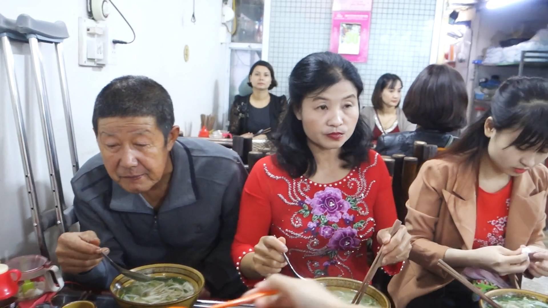 越南全家人跟中国亲家一起出去吃早饭,包了整个店好热闹