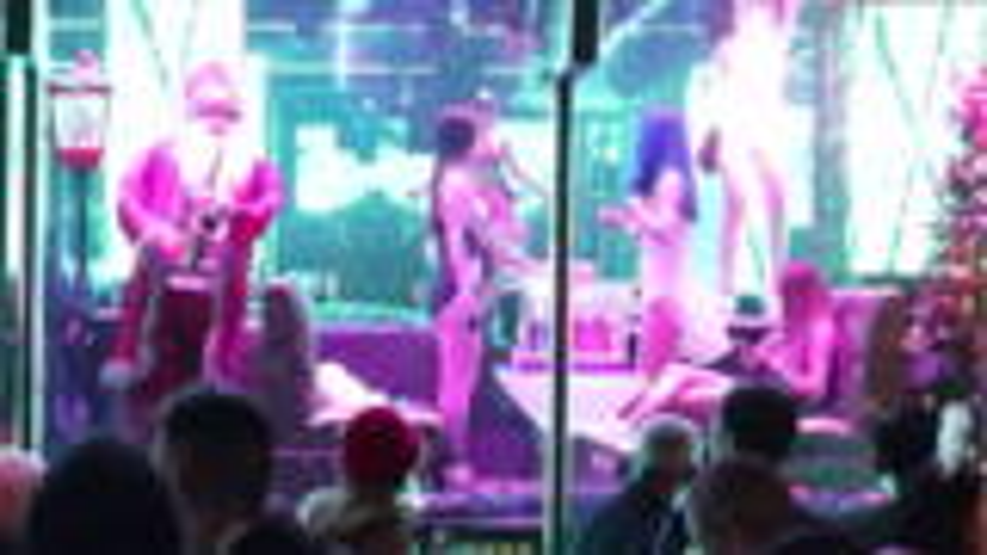 西街酒吧跳舞的小姐姐真多,站在门口观看的大老爷们更多