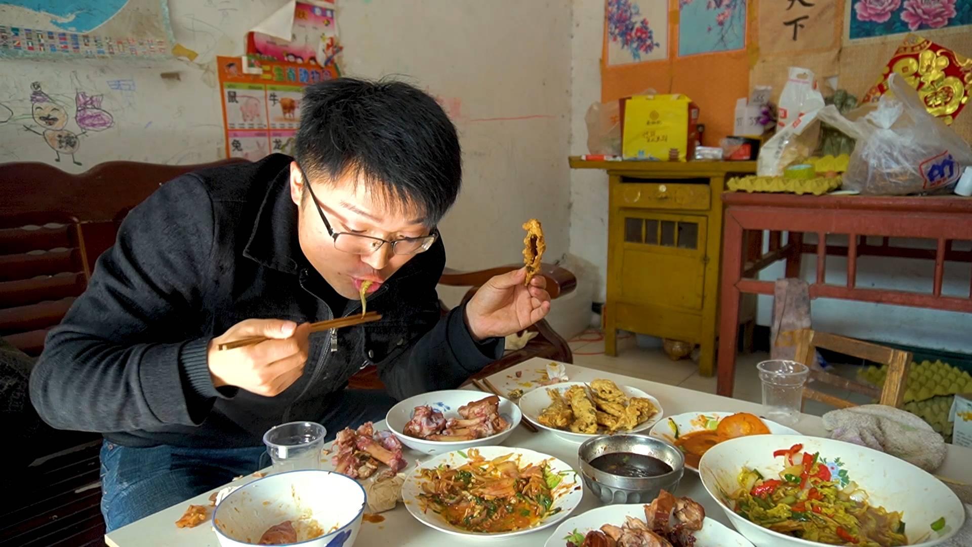大sao蹭饭,岳父不在,自己撑起一桌饭量,炸穿鱼配大猪蹄,真香