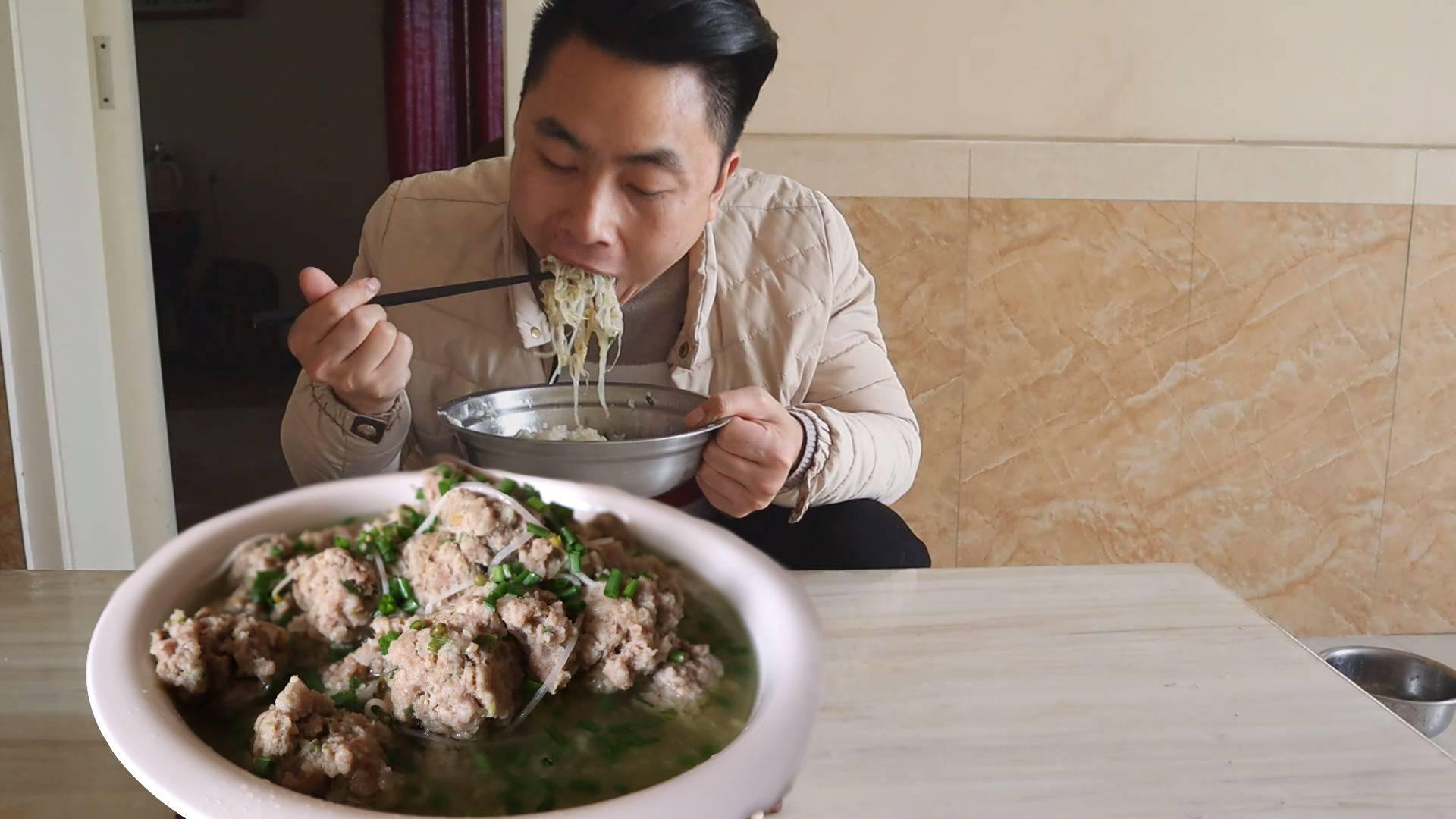 吃腻了米饭,今天少吃点,半盆饭配两斤肉圆子,多肉少饭吃着才爽