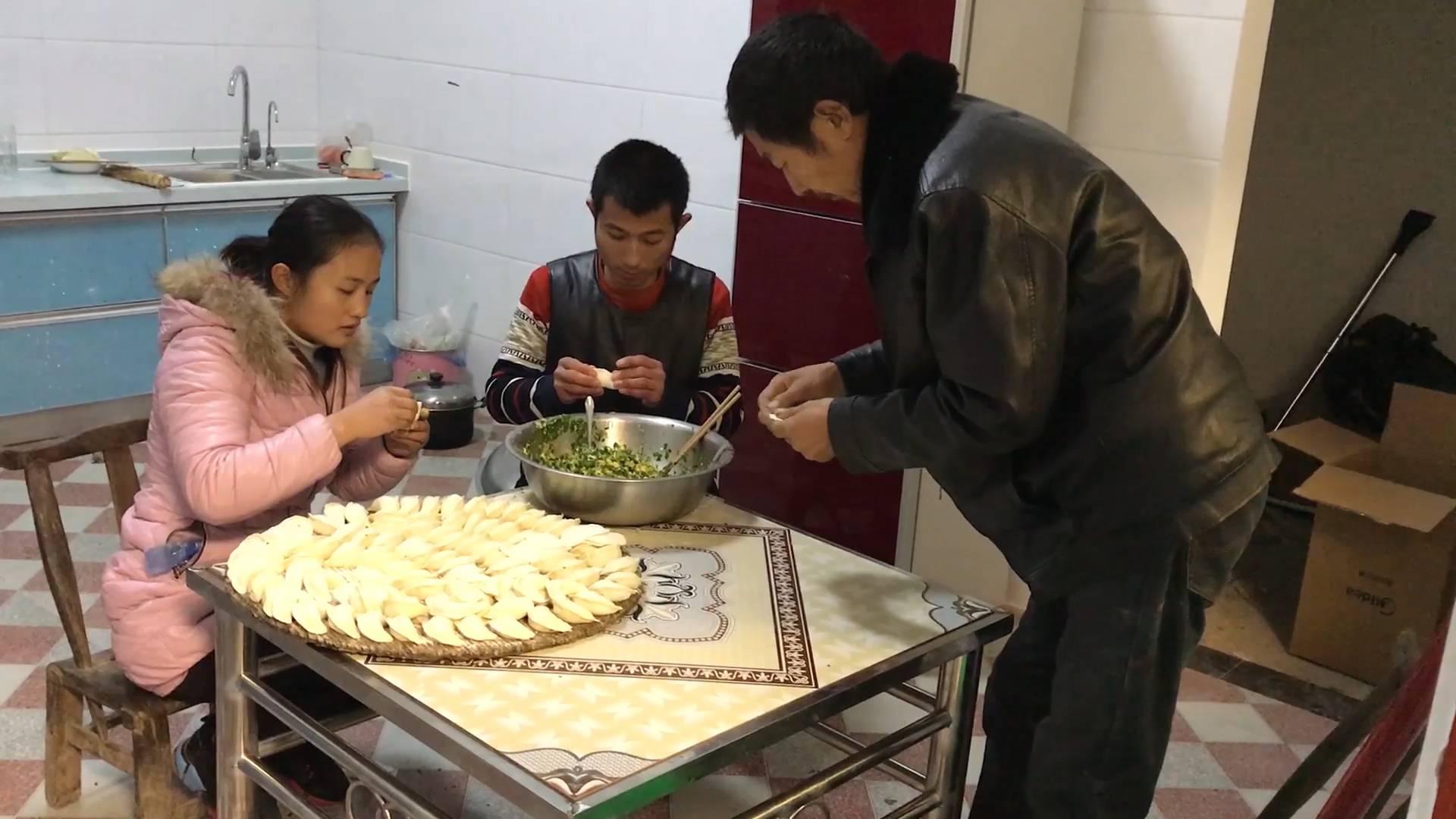 入住新房了,一家人第一次围在一起包饺子,有说有笑真热闹