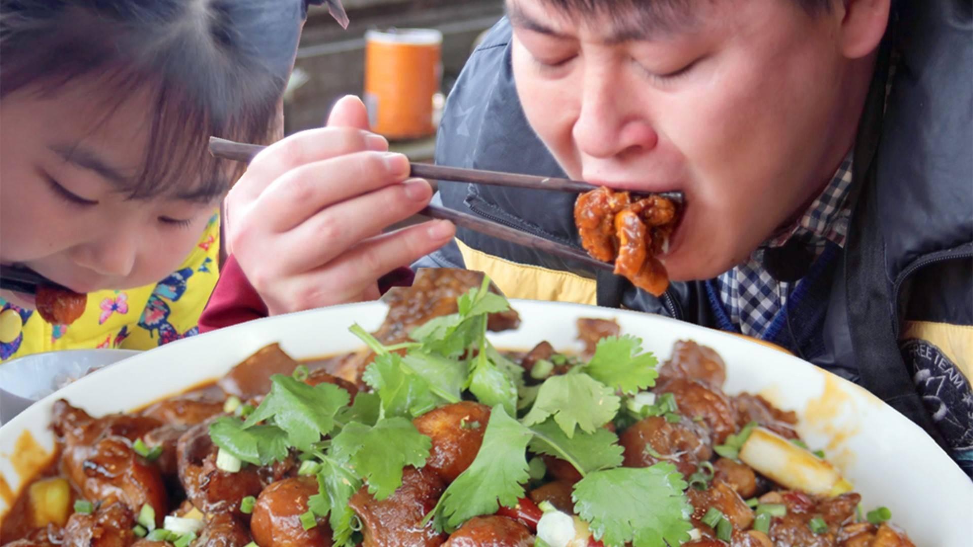 1整根猪脚,德哥加2斤虎皮鹌鹑蛋砂锅里焖烧1小时,大口吃肉扒饭真过瘾