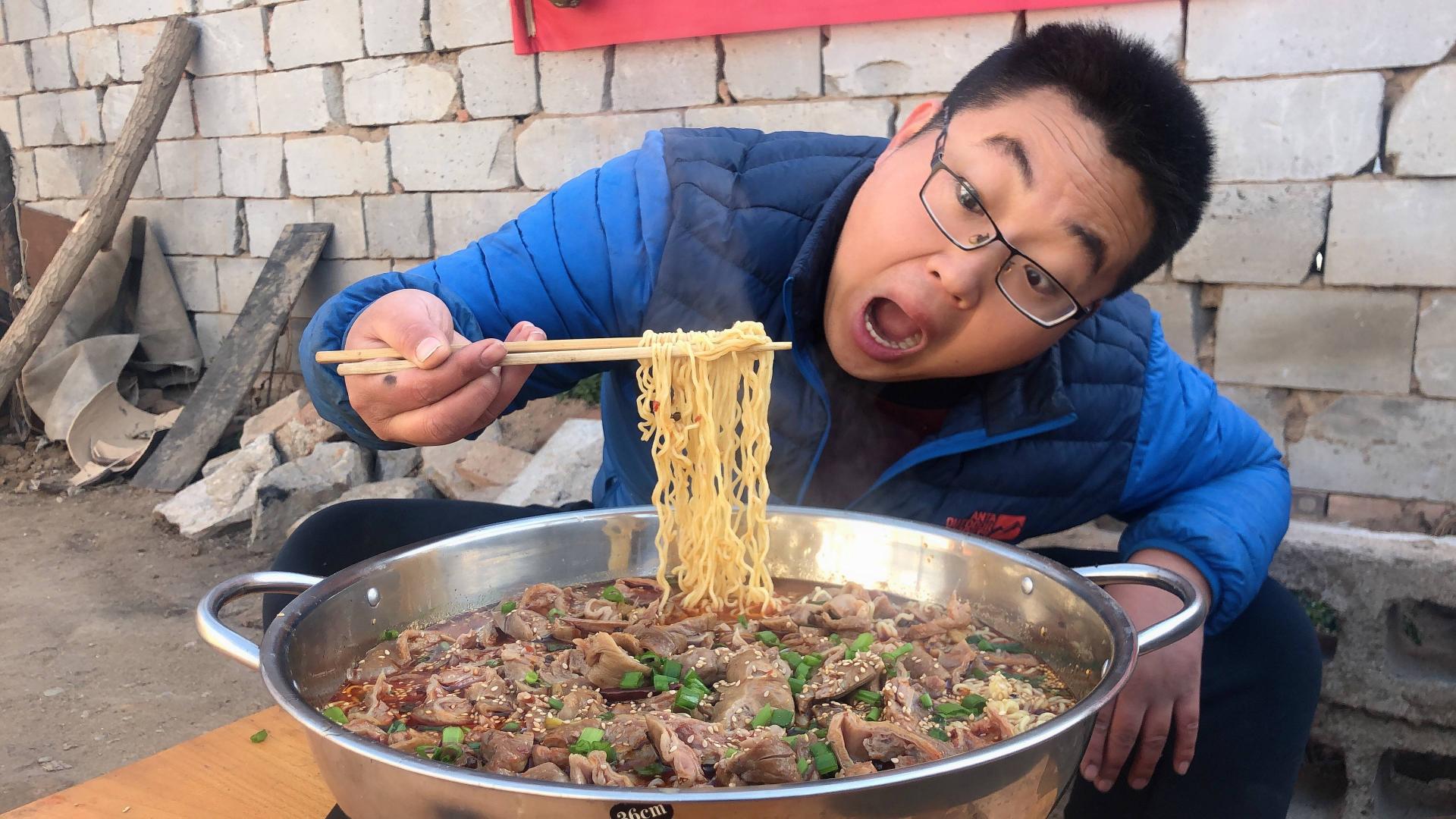 80元肥肠,5包泡面,做一盆火锅面,满满红油,吃的直冒汗!