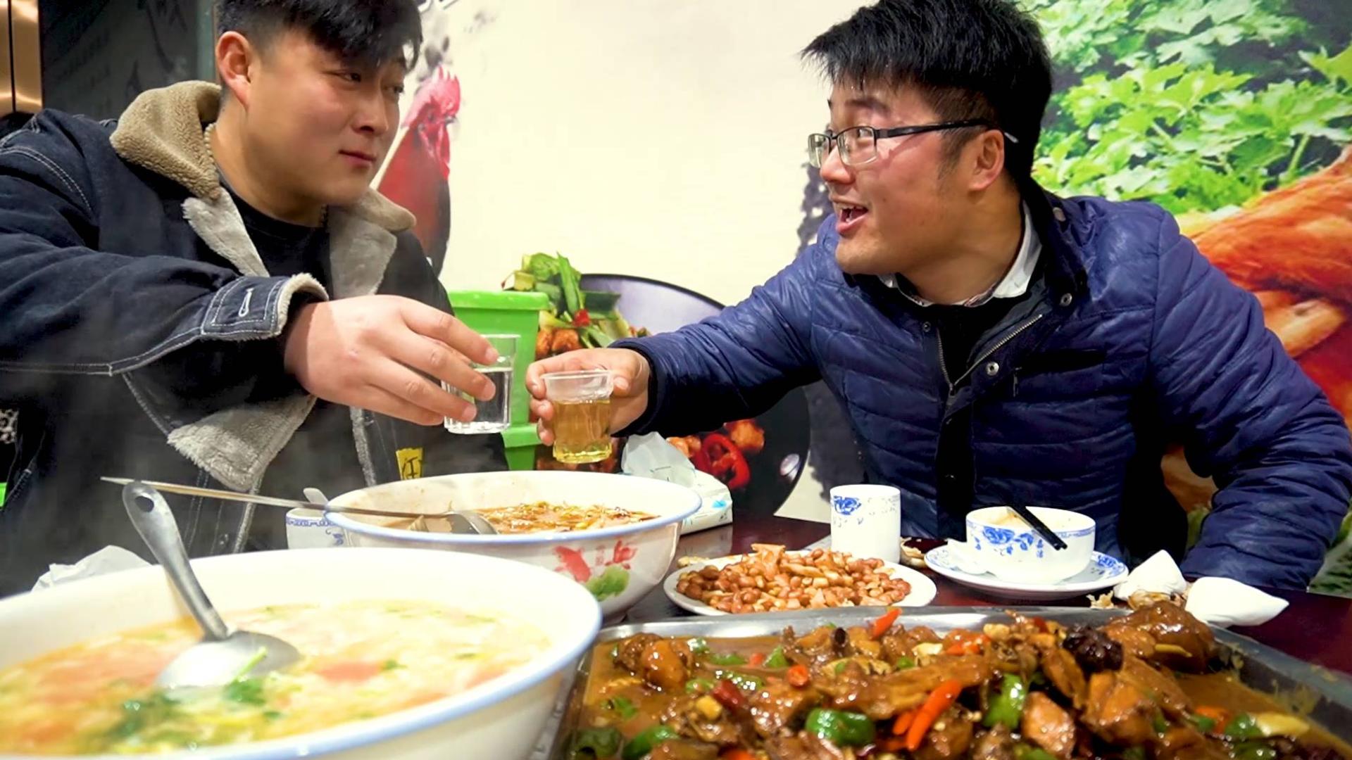 两个朋友找大sao喝酒,180元点一桌菜,炒鸡煮鱼二荆条,小酒喝爽