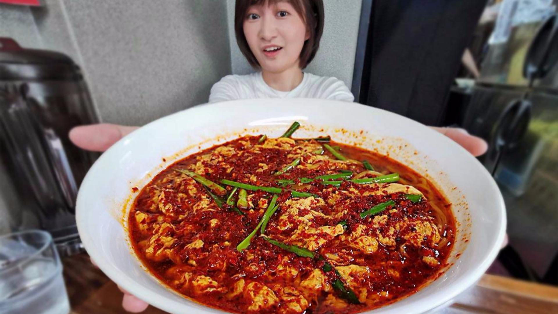 湖南妹子在日本挑战最辣拉面,被当地学生偷拍