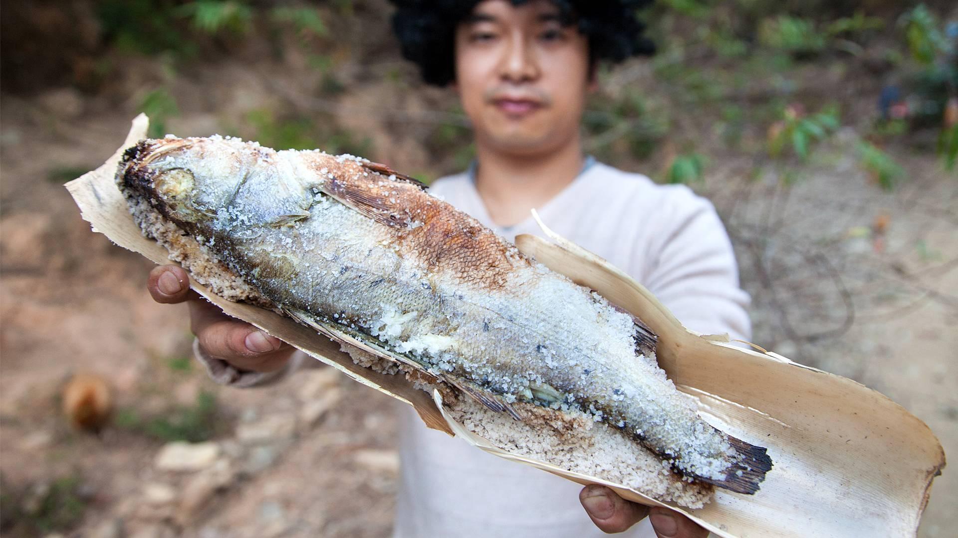 小伙做1斤的鱼,用3斤的盐,整座山都能闻到香味