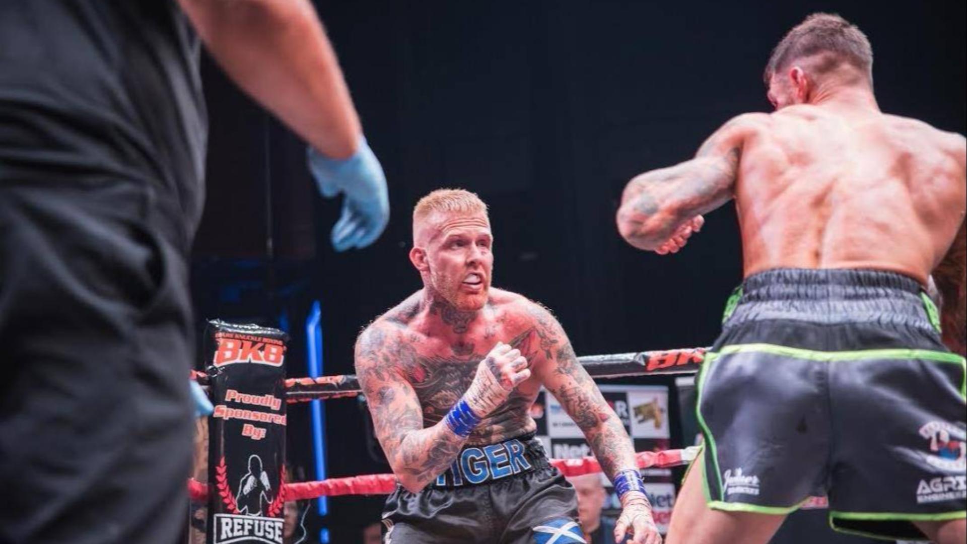 裸拳选手的心里素质够硬,只要不KO就要血战到底!