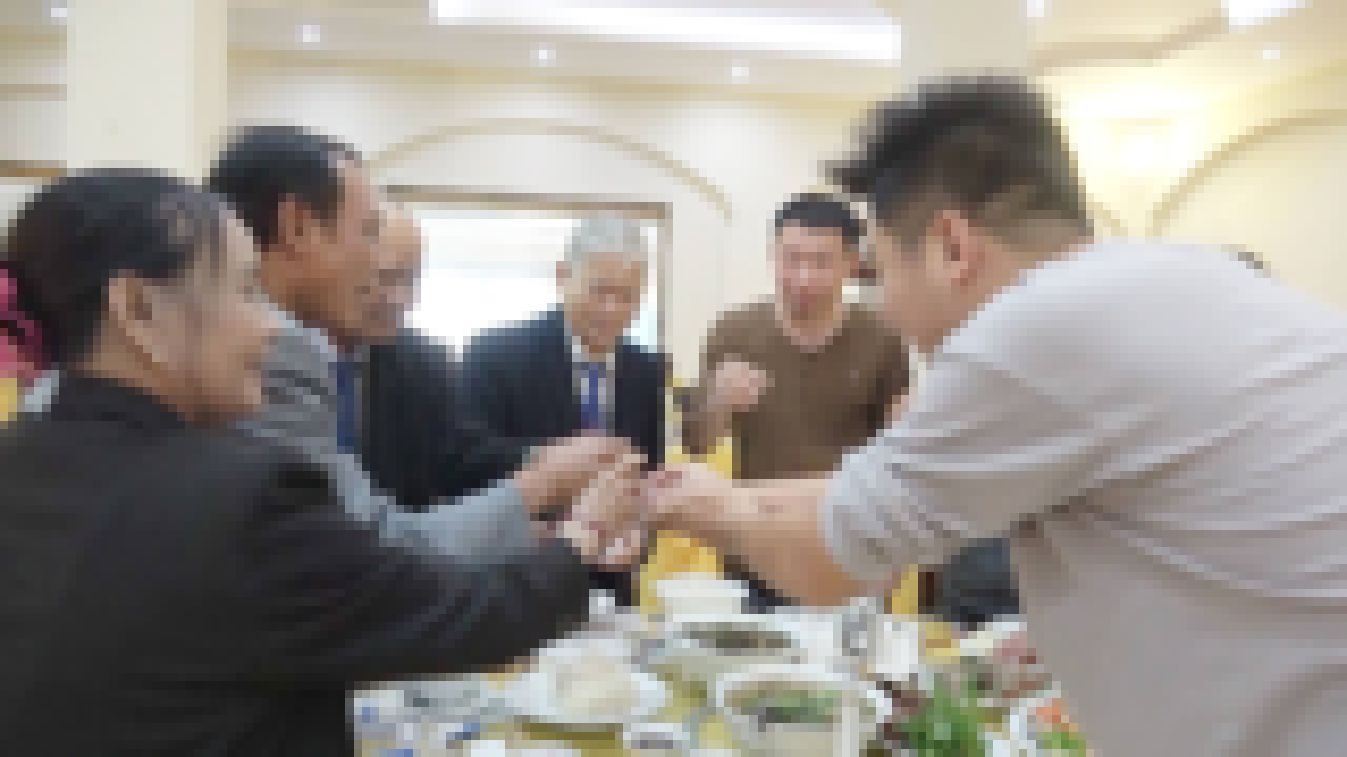 在越南结婚吃饭真热闹,好多人来清酒,把我们喝懵圈了