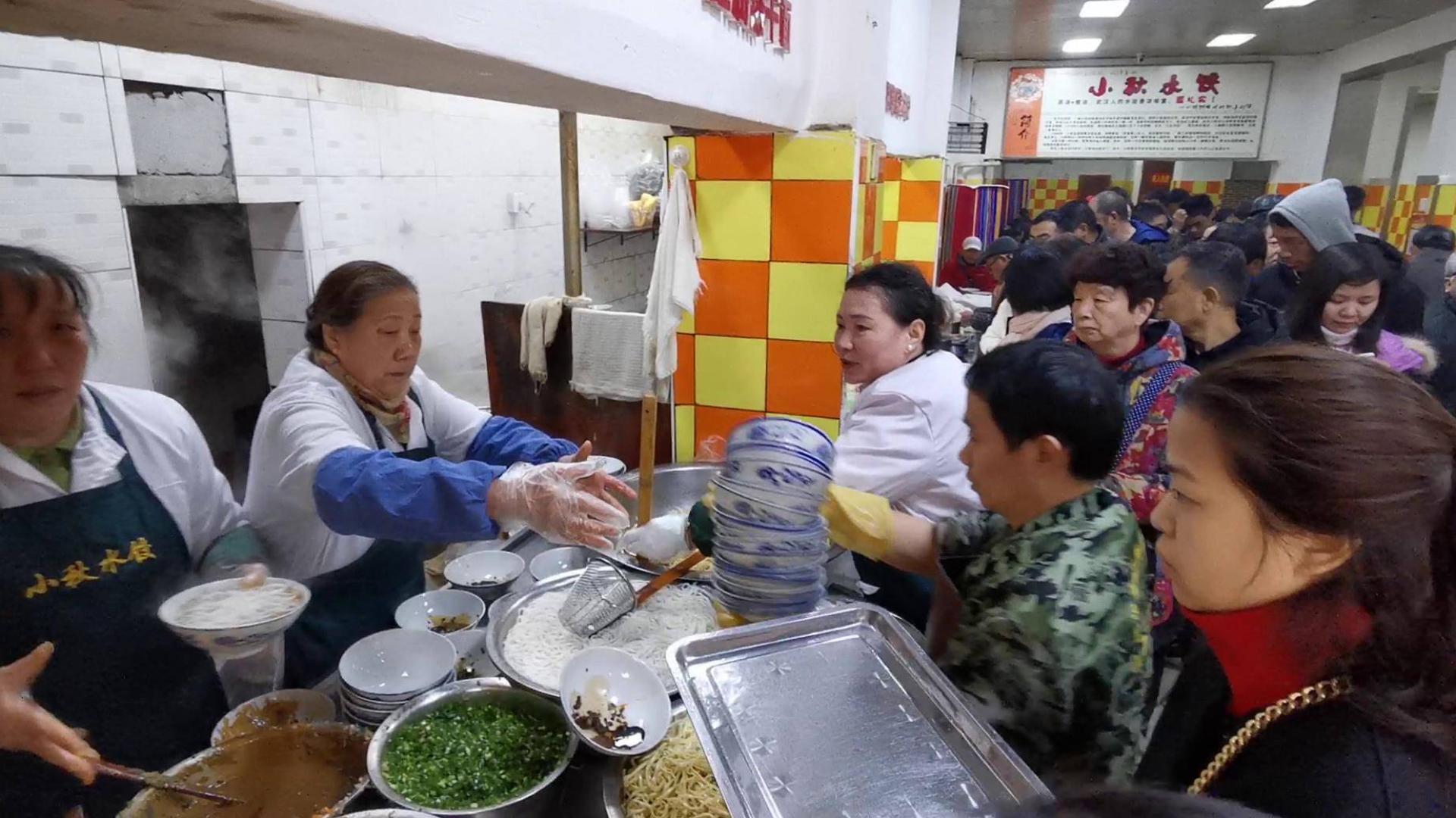 武汉一碗水饺火爆40年!一碗9元,个大馅足,排队顾客挤满两间屋