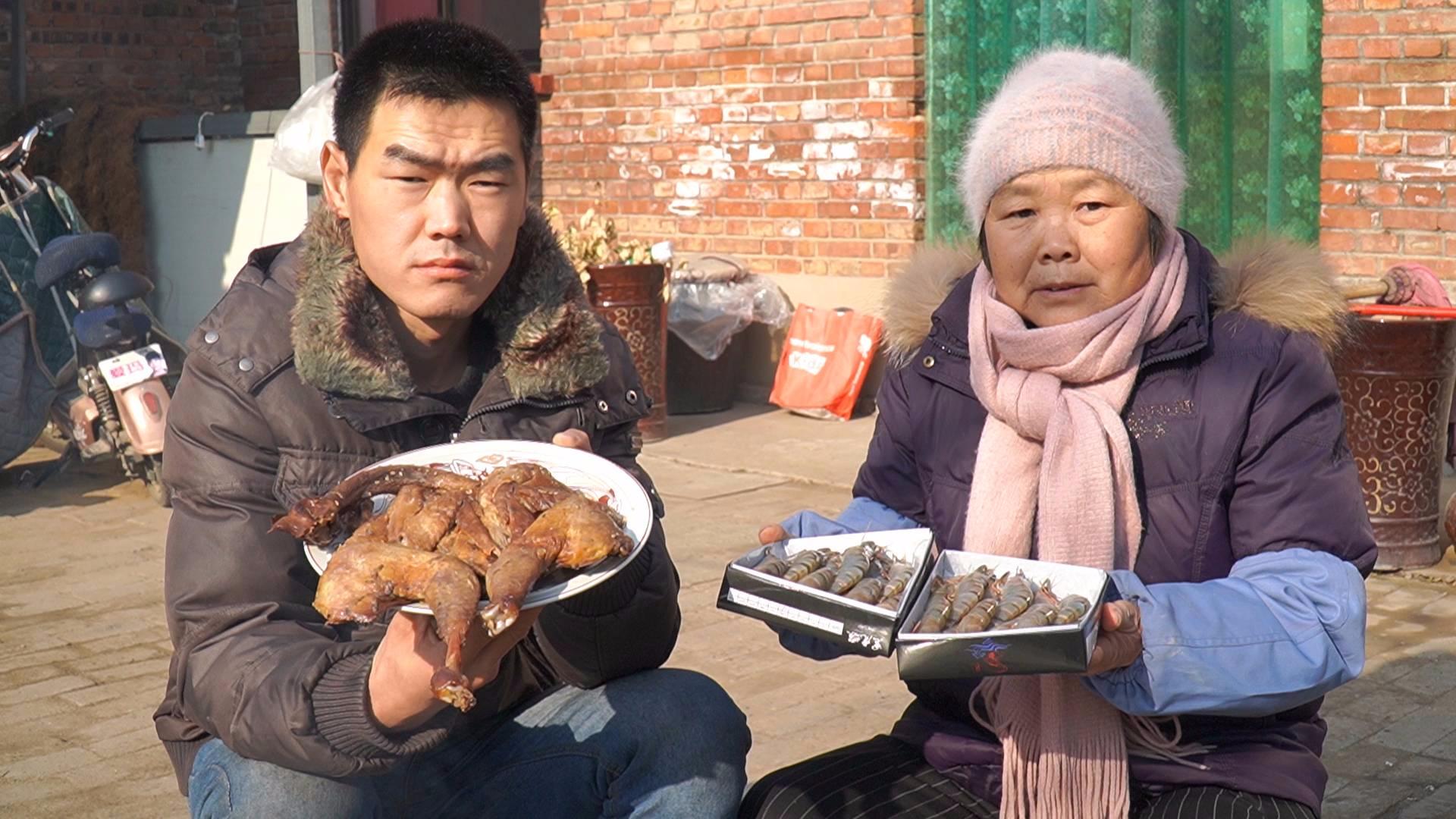 """粉丝送了袋""""风干鸡"""",阿远再蒸一盘""""黑虎虾"""",午饭吃点丰盛的"""