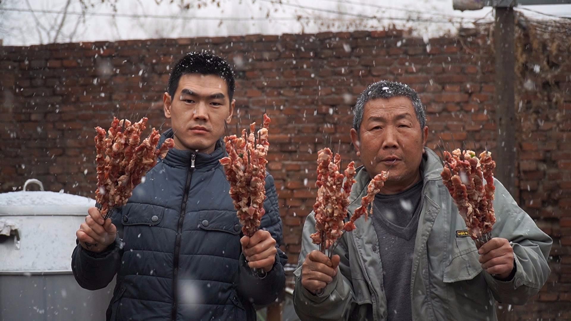 阿远第一次用吊炉烤羊肉串,大雪天吃羊肉很过瘾,仨朋友吃爽了