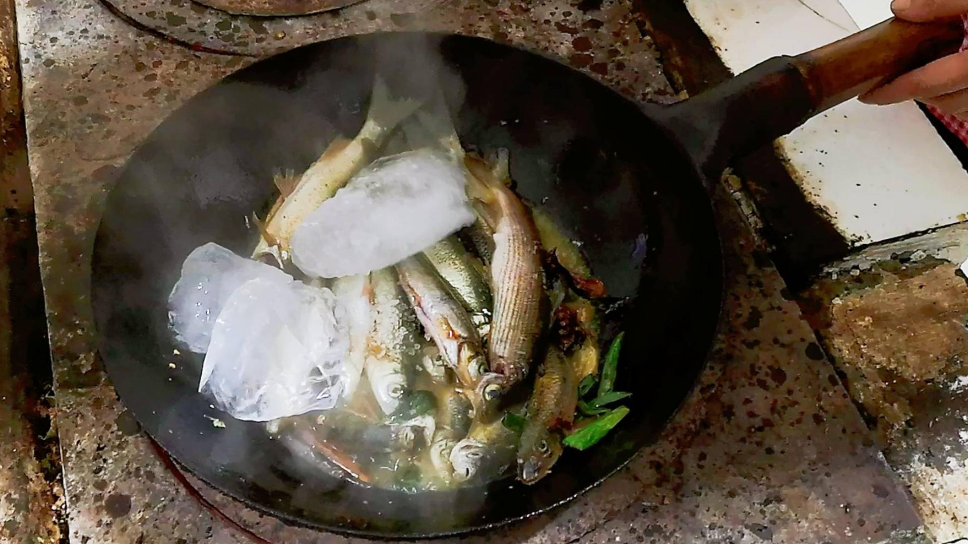 零下40度黑龙江捕鱼,做农家美食江水炖江鱼,冰块炖鱼你见过吗?