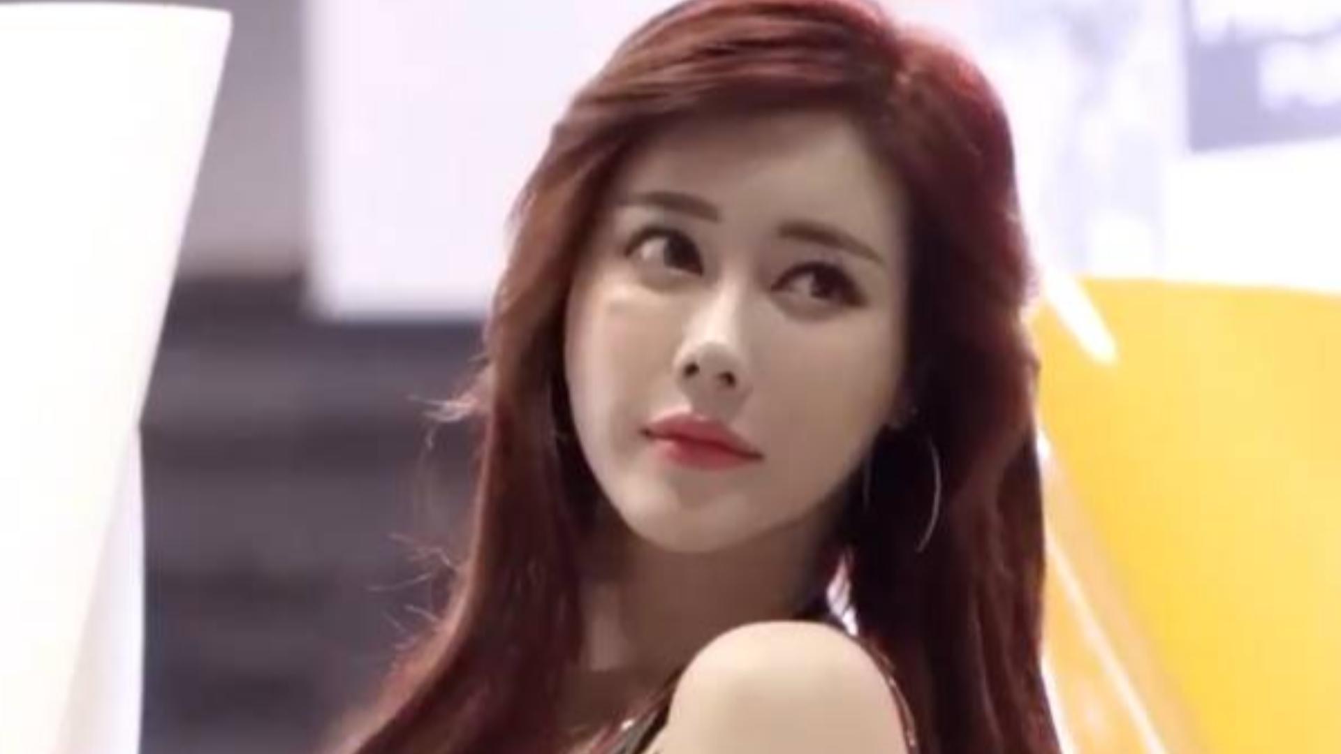 韩国美女车模现身汽车沙龙展,金夏律颜值在线