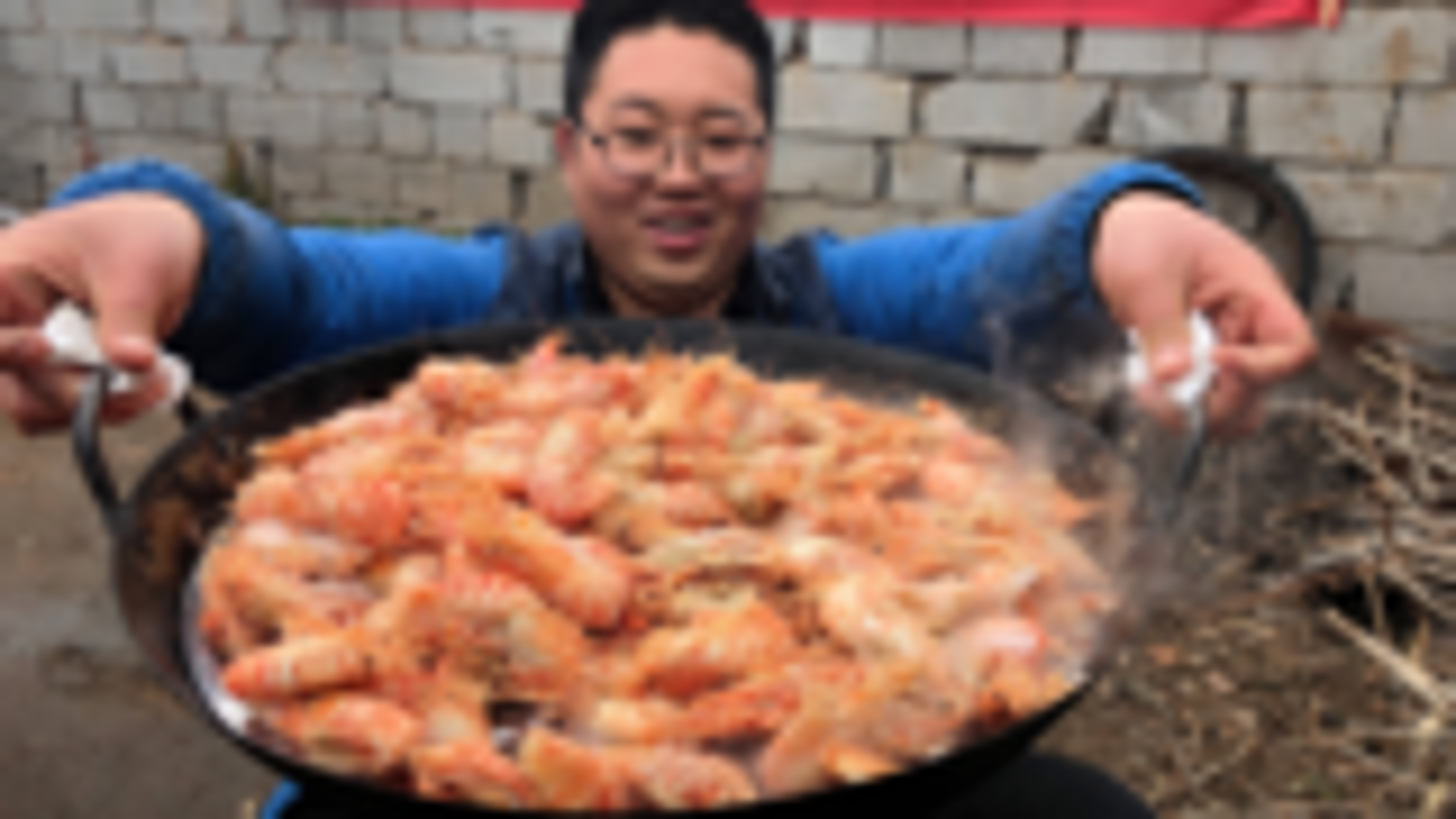 朋友寄来150只火龙虾,虾籽超多,口感香甜,吃起来太过瘾了!