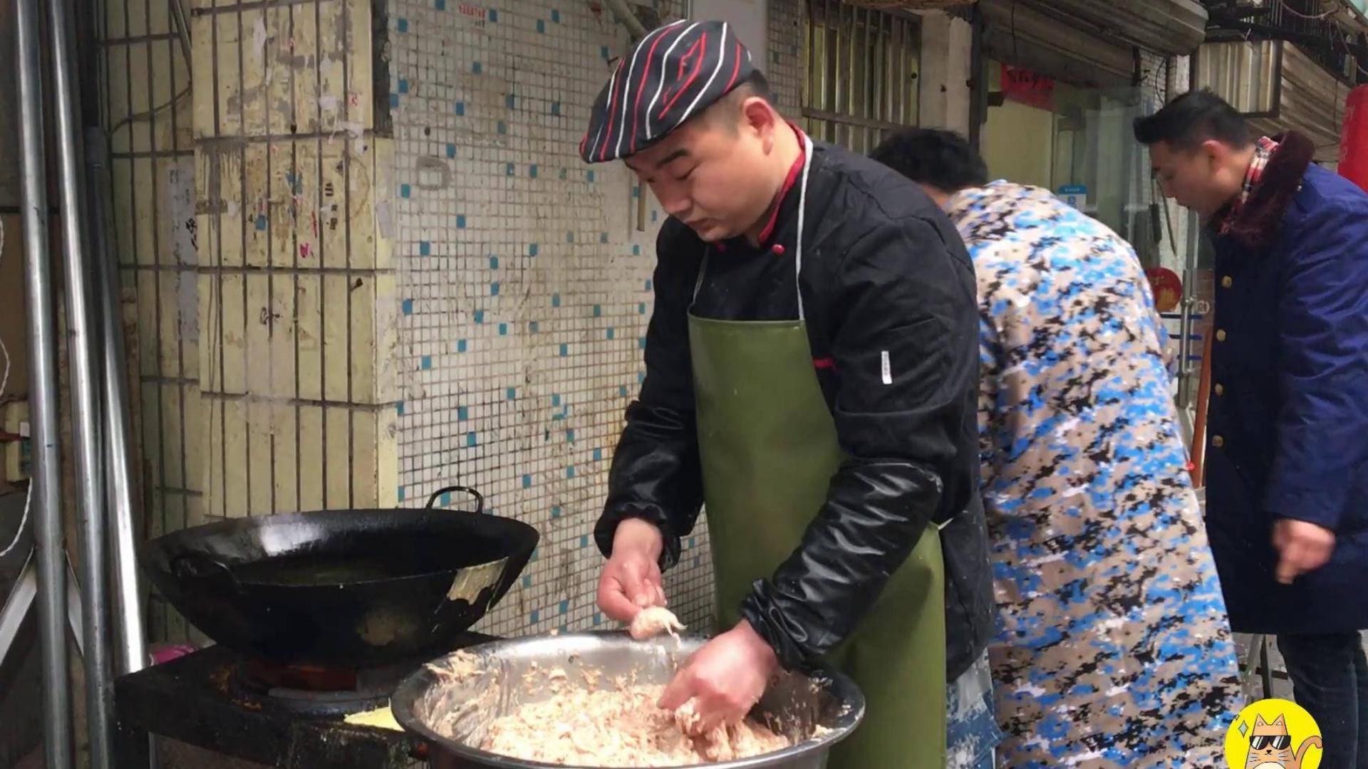 退伍小伙做肉丸6年,一天卖20锅,顾客围着买,地道武汉传统美食