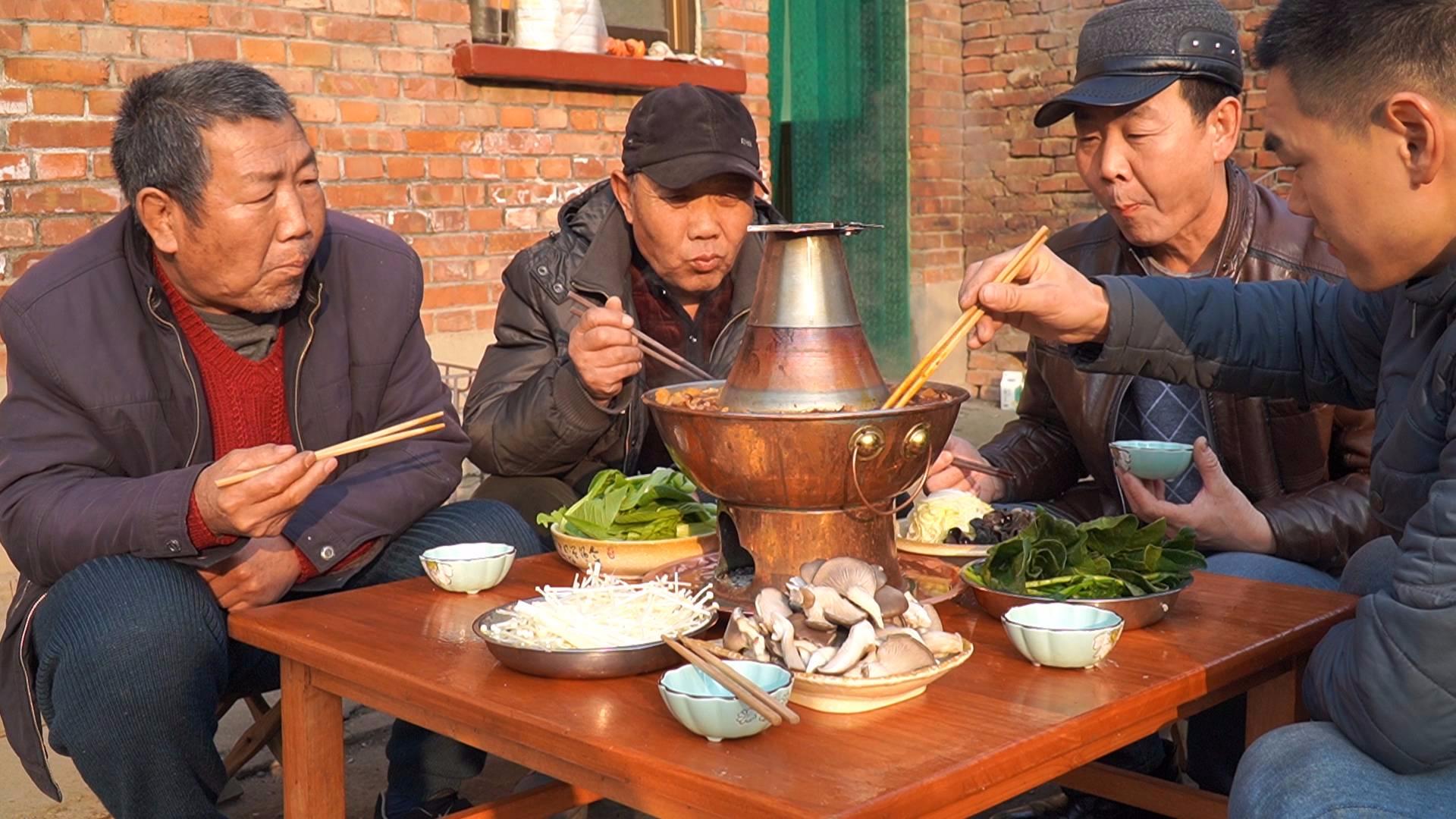 """阿远今天吃炭火""""牛杂火锅"""",牛杂配上肥羊,铜锅涮着吃,过瘾"""
