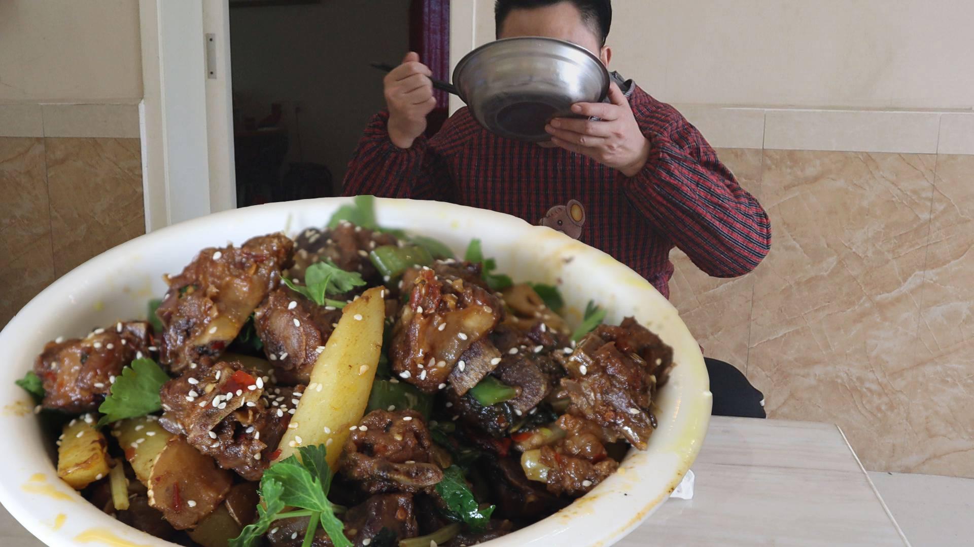 两斤排骨一盆饭,今天做干锅排骨,用干锅拌米饭,越吃越过瘾
