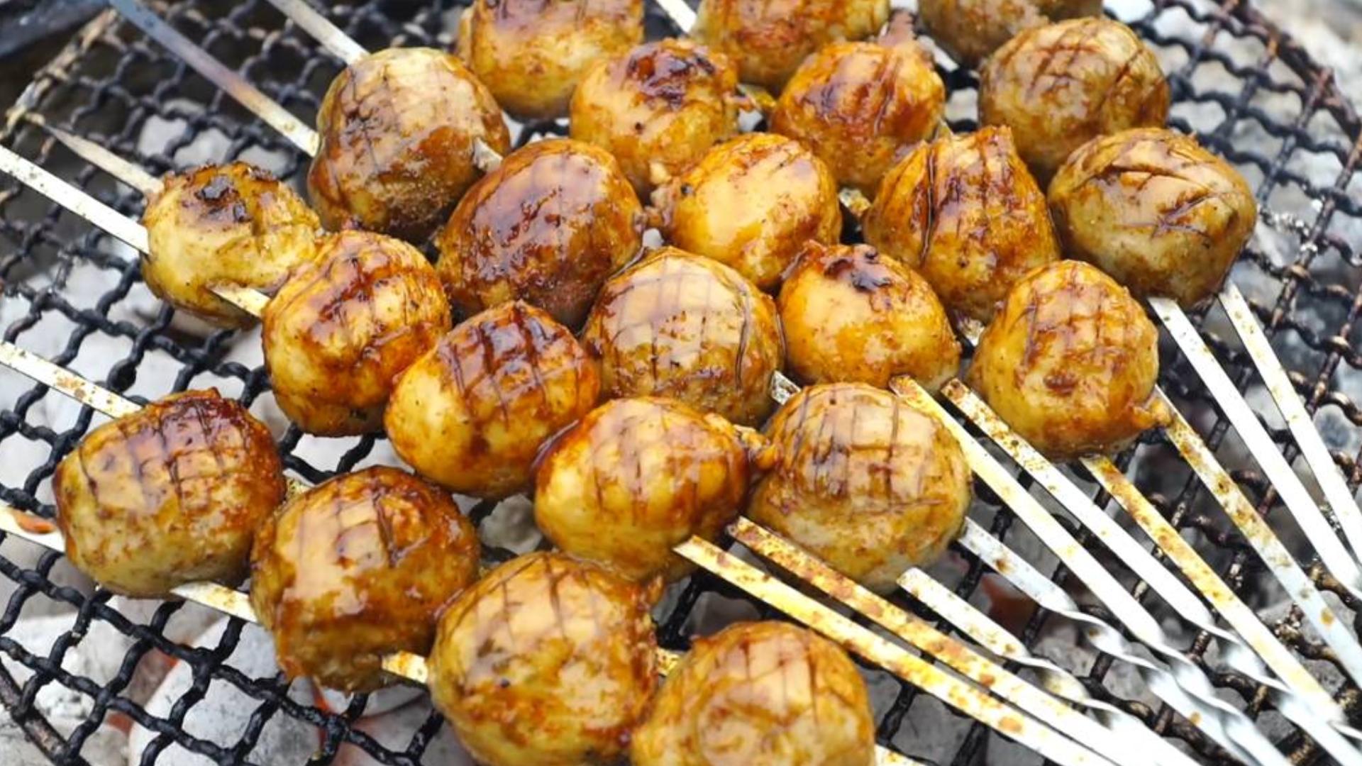 肉丸你吃过,但荒郊野外烤的芝麻肉丸肯定没吃过!太有食欲了!