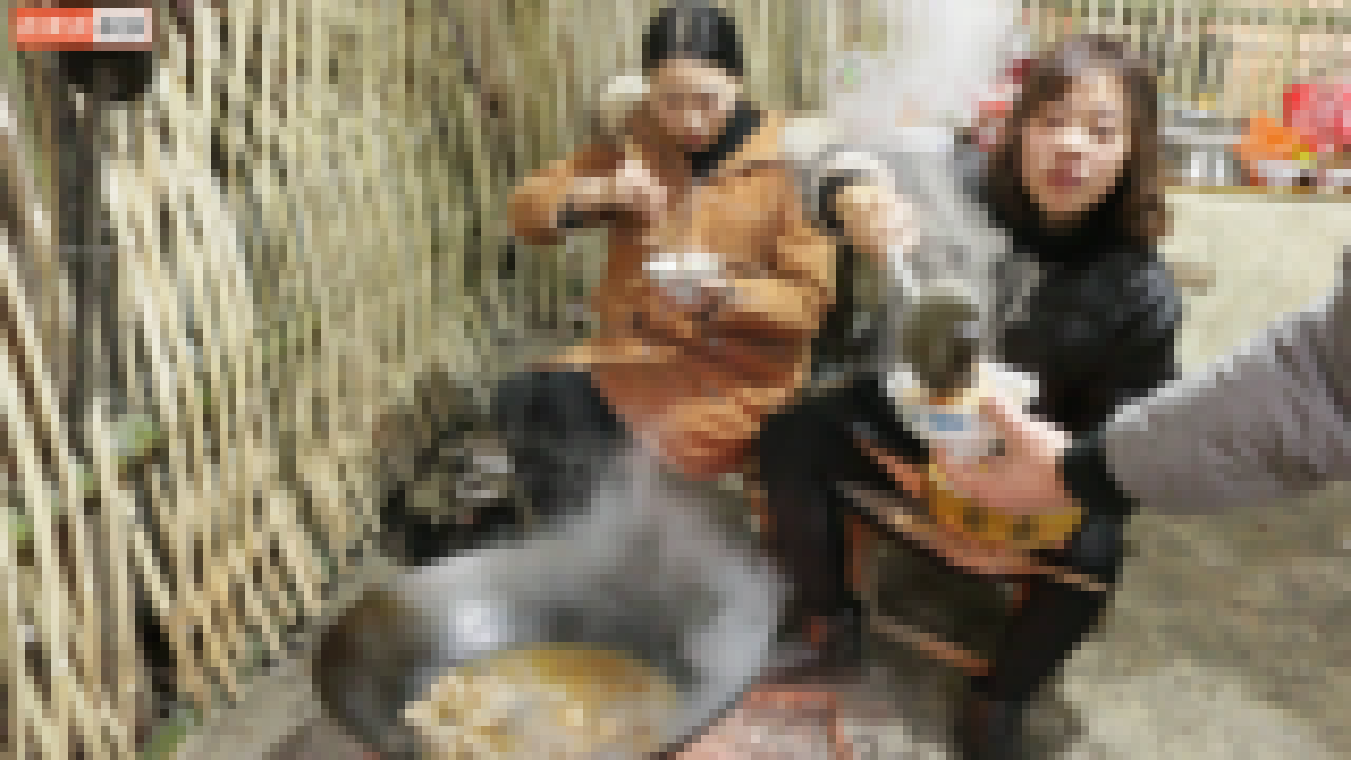 秋妹家腊排骨刚熏好,就用大铁锅炖了一锅莲藕汤,3姐弟吃得真香