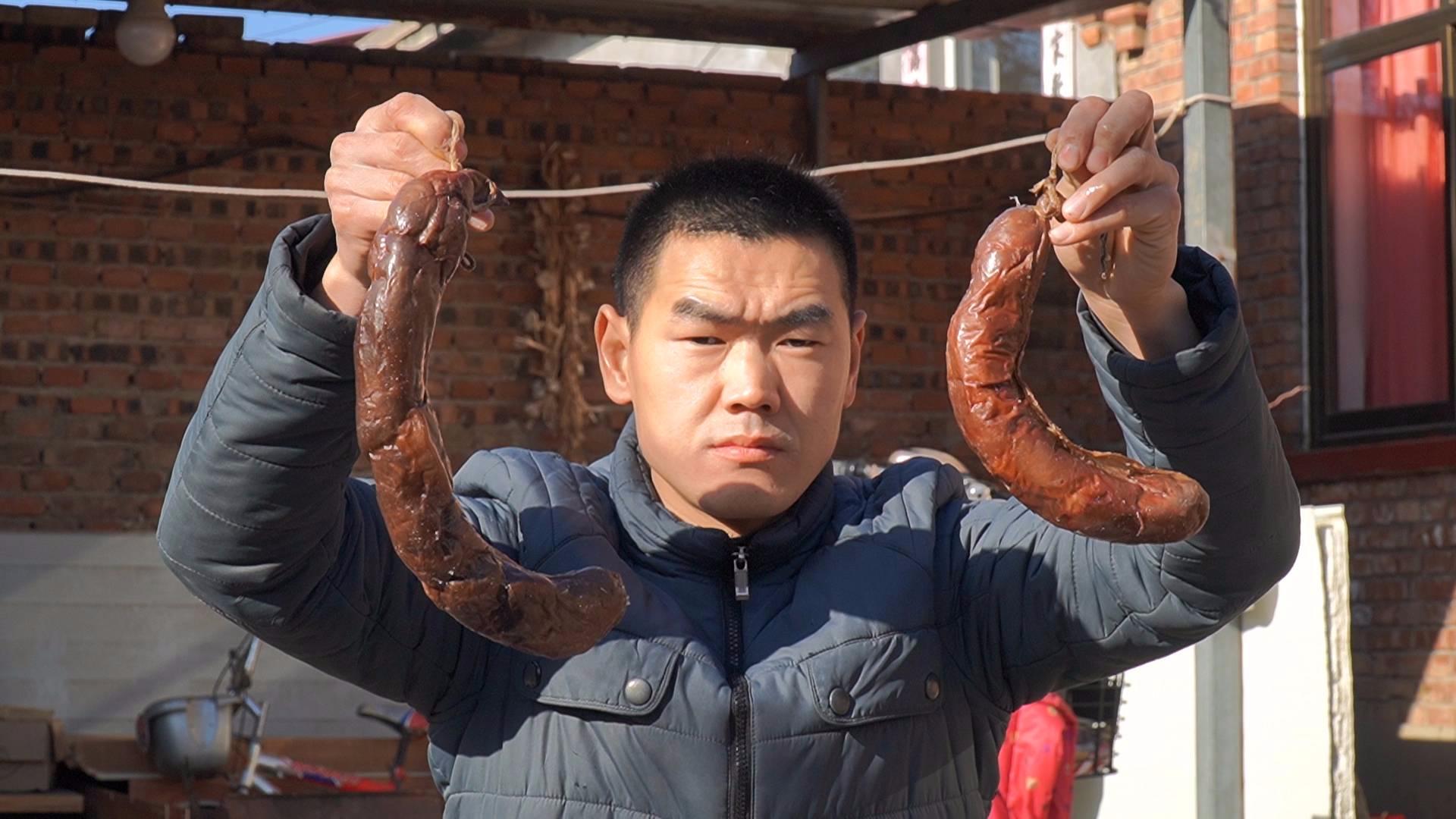 """90一斤的""""熏马肠"""",阿远买来两根尝尝鲜,熏马肠肉吃着不膻不腻"""