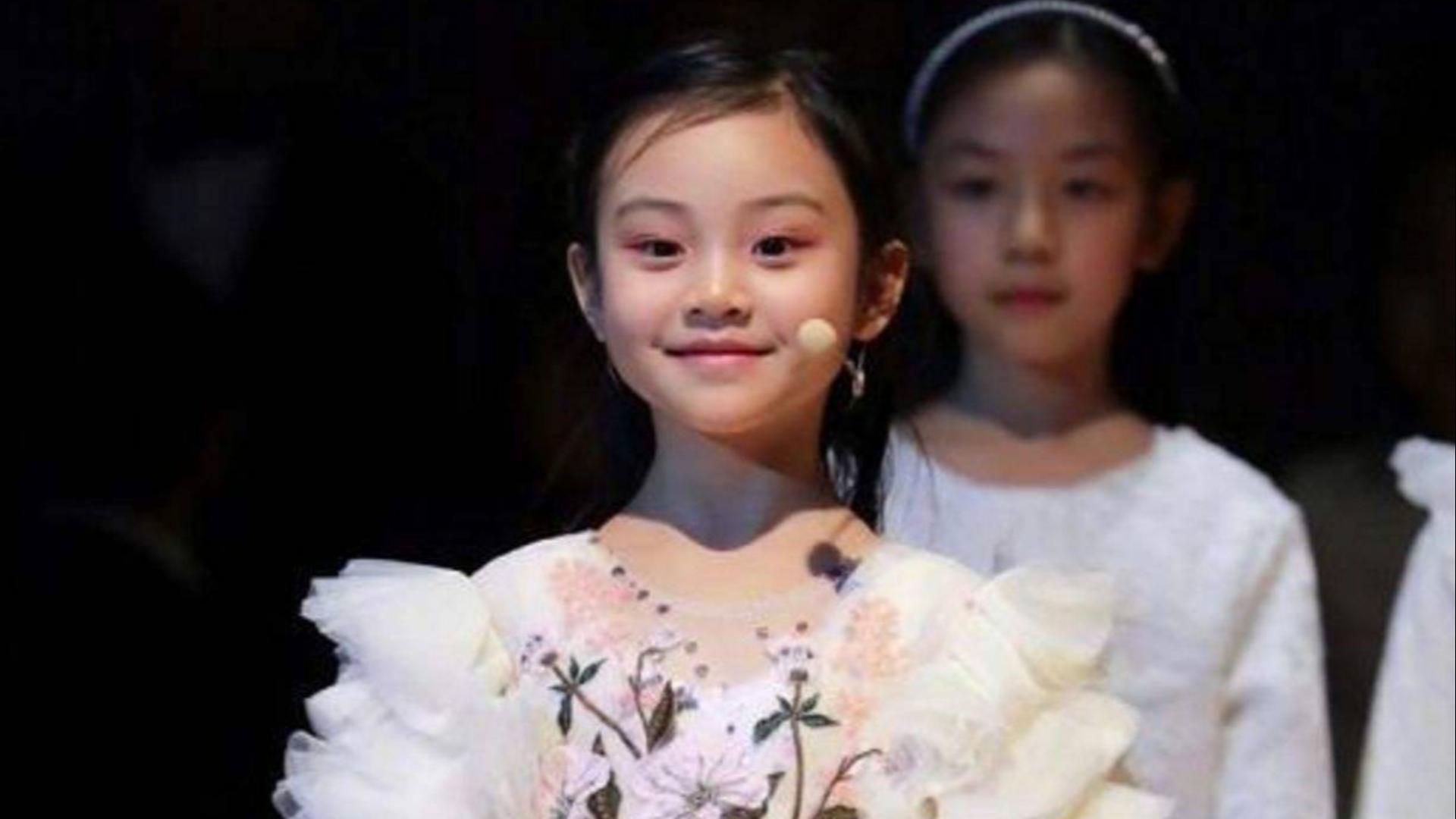 贾乃亮女儿领衔C位唱歌,弹钢琴时简直就是一个安静的小公主