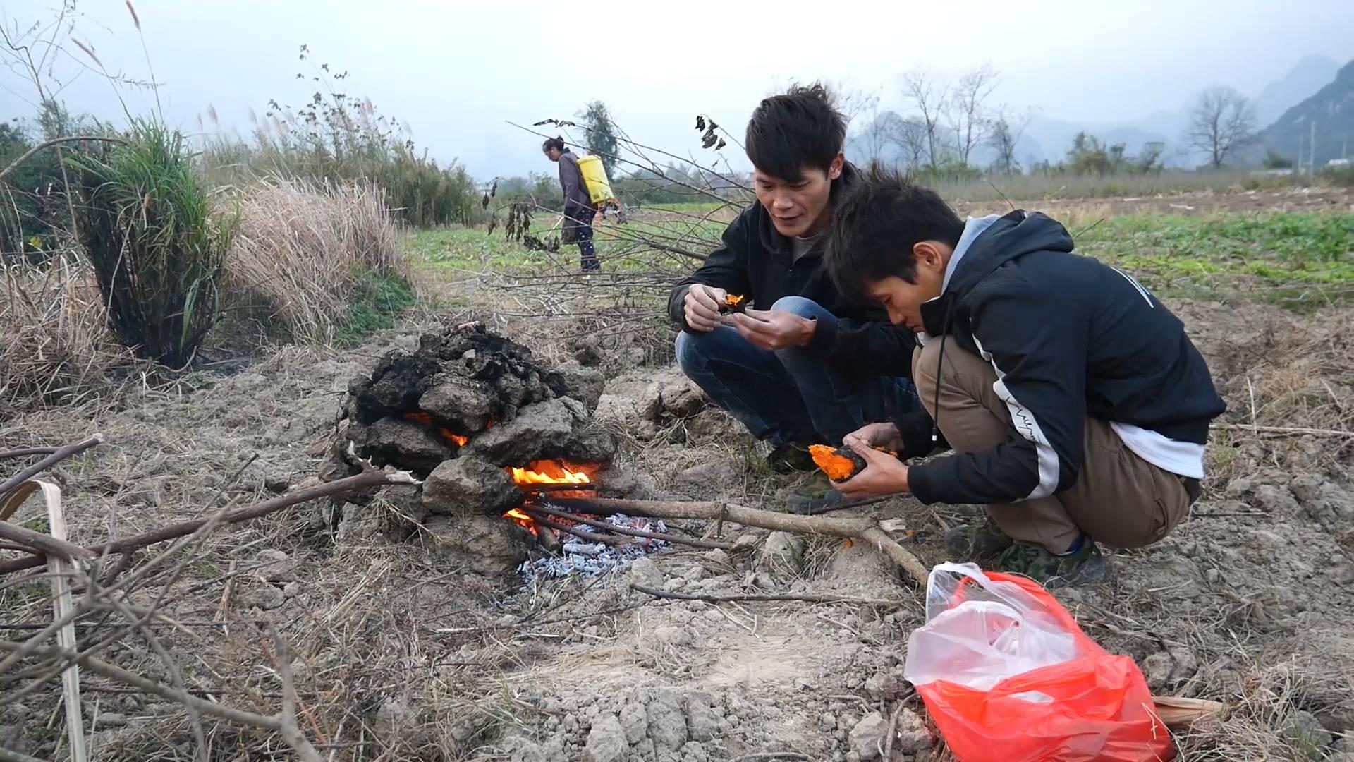"""红薯还可以这样吃?只见俩小伙用泥土砌了个""""碉堡"""",出土后真香"""