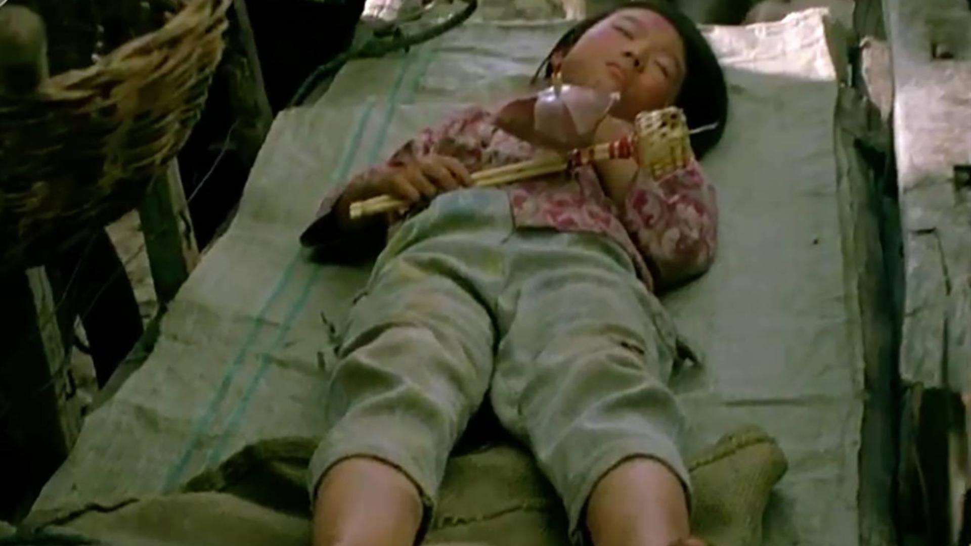 村口躺着一个无家可归的女孩,人人都躲得远远的,最后都后悔了