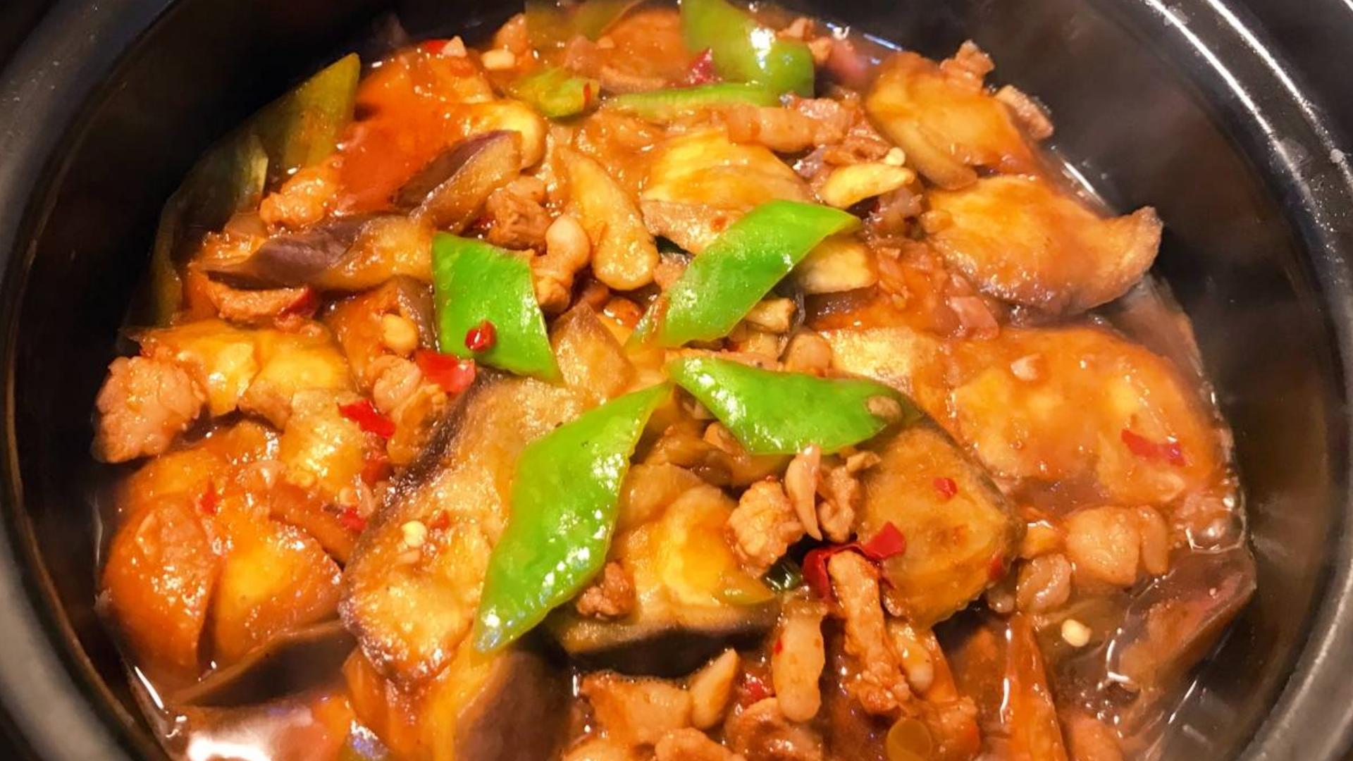 大厨分享鱼香茄子煲家常做法,不用油炸,天冷非常适合老人孩子吃