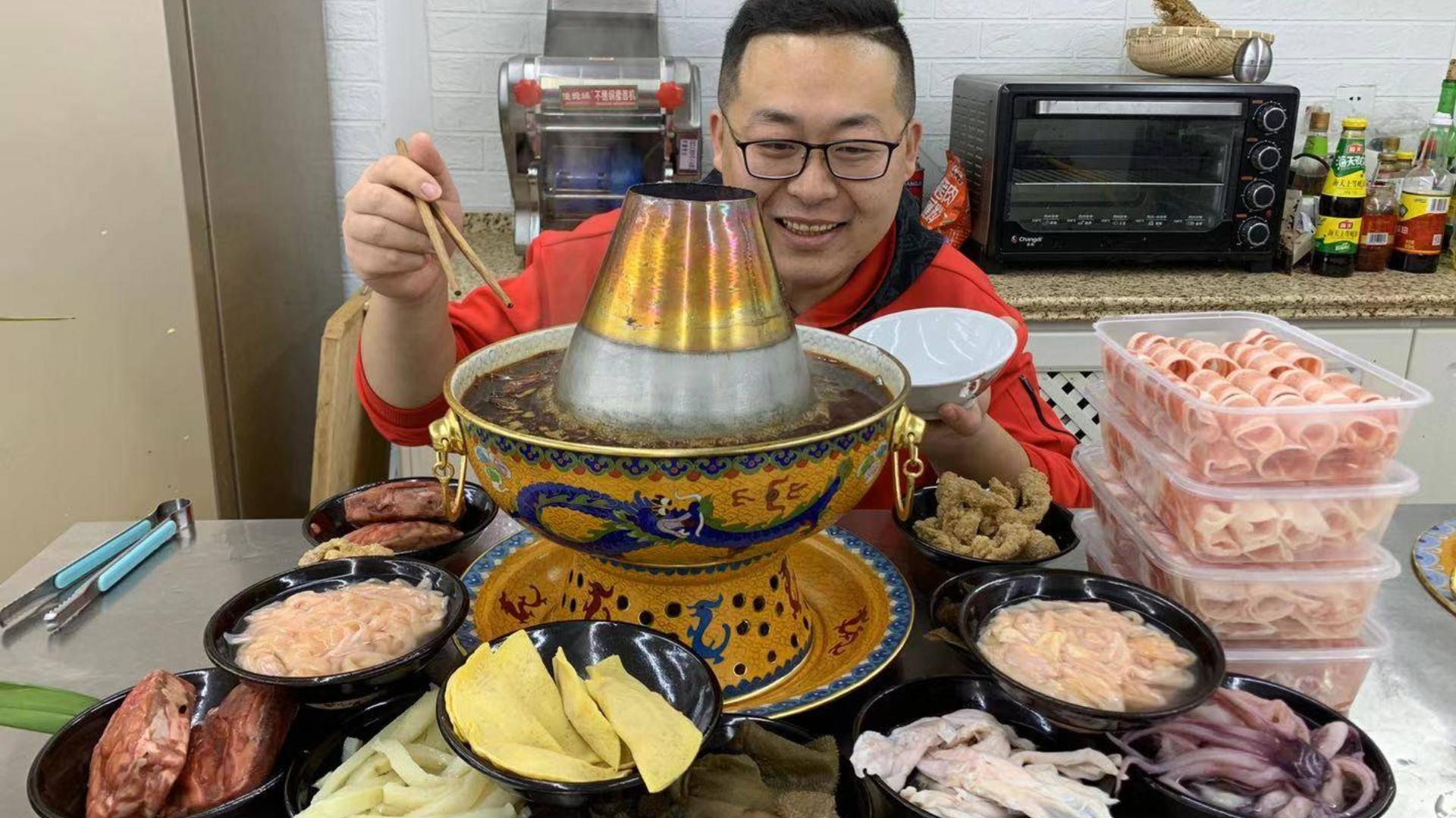 """过年就要吃火锅,228买一堆""""肉菜""""吃重庆火锅,又麻又辣,过瘾"""