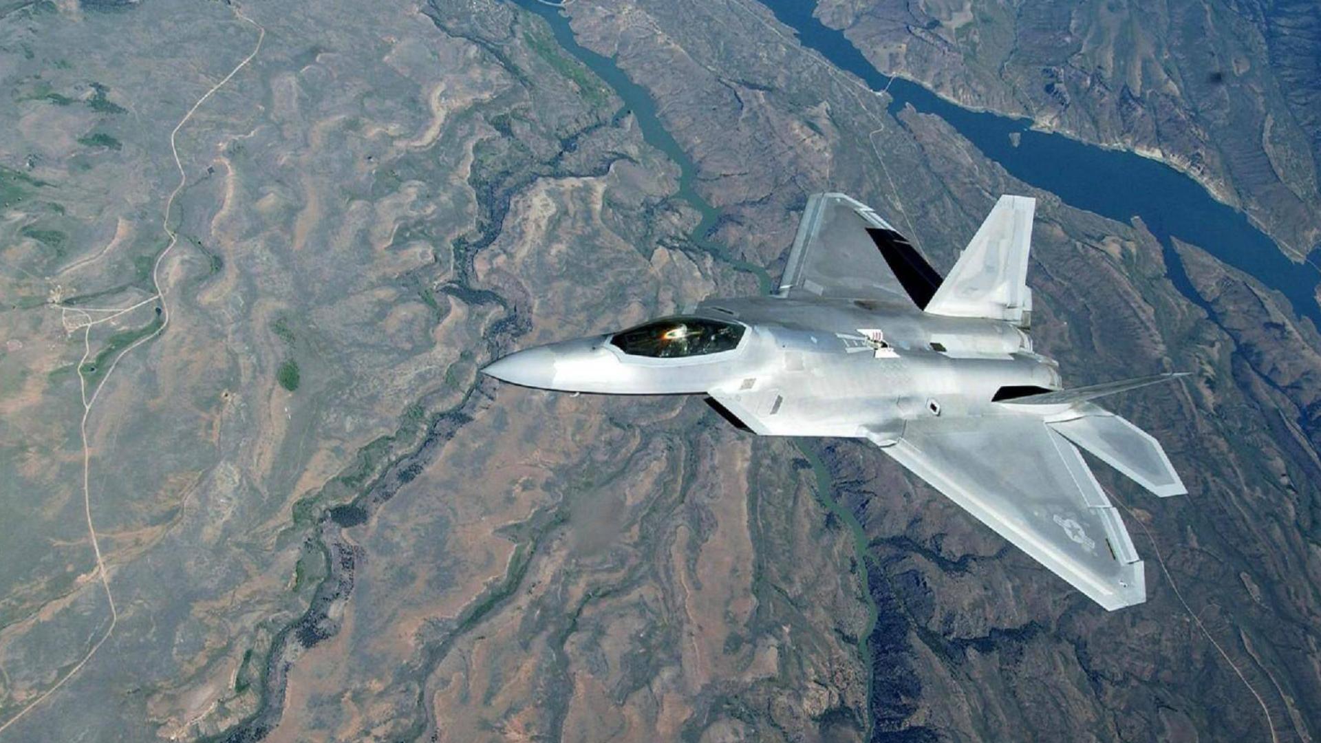 两架F-22飞越夏威夷