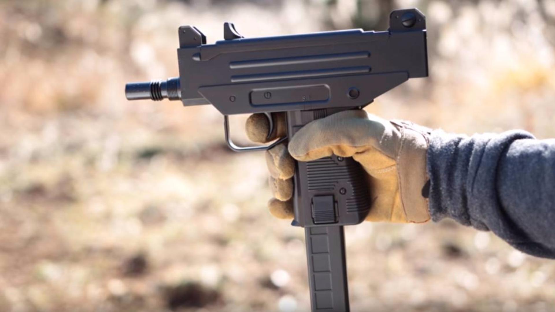 日本壕堺大叔:微维200连发电动枪 BB弹自重下降子弹 Well D93子机枪评论