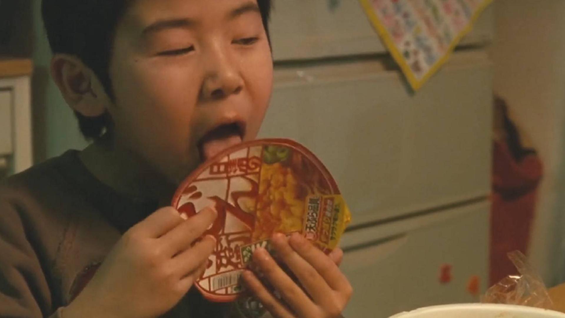 真实事件改编电影,为人父母生而不养,四个孩子饿到舔泡面盖