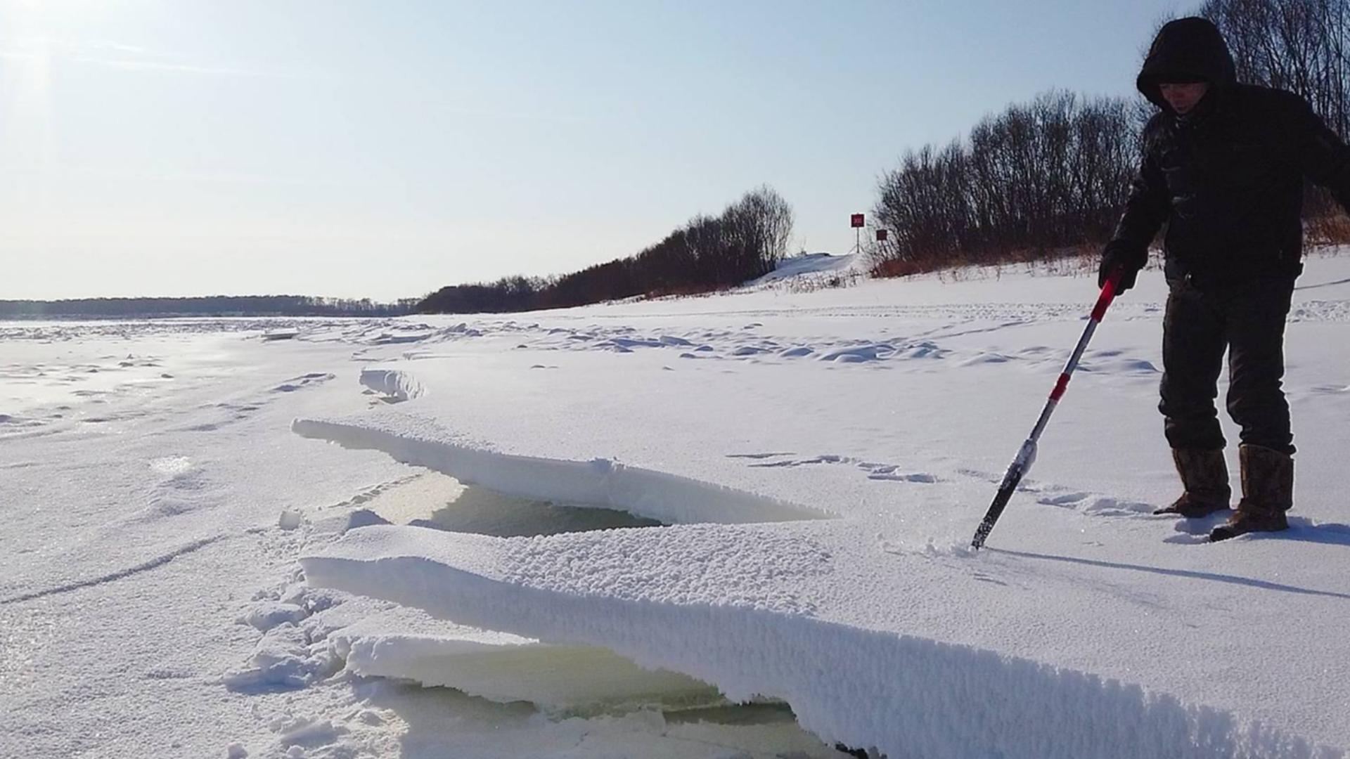 黑龙江落水形成的断裂冰层,吉祥去收渔网,江边看到美丽奇妙风景