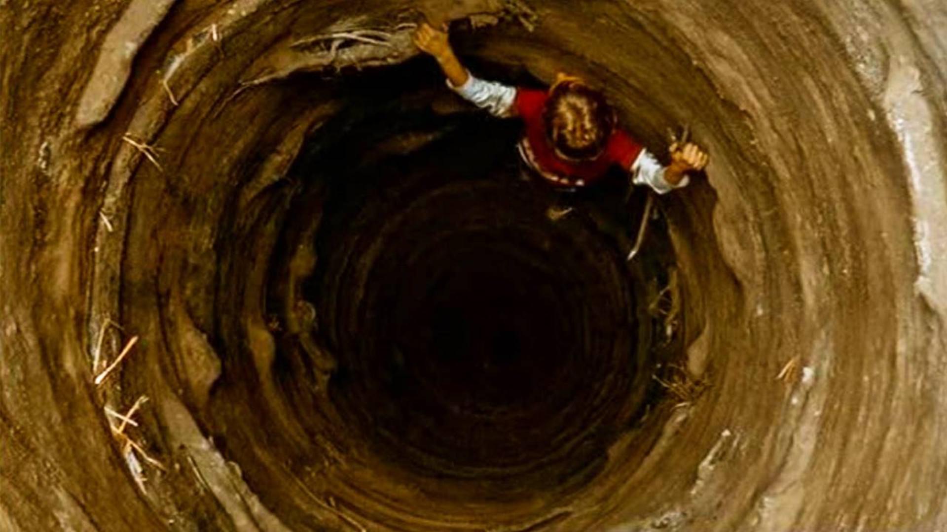 地面出现巨大坑洞,专家深入地下查看,却被眼前一幕给吓到