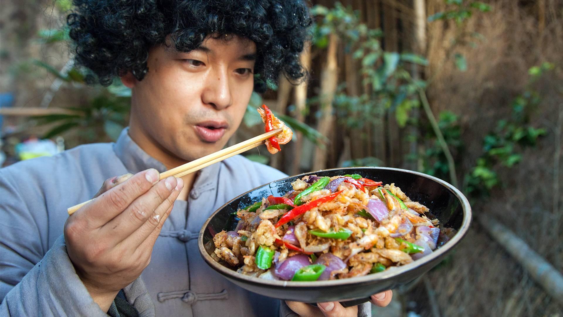 几百只小河虾油锅一炸,金黄酥脆,一口一个吃不够
