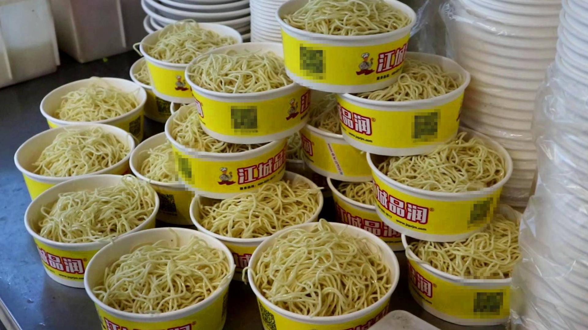 武汉火爆小吃店,面碗堆成山来卖!热干面5元一大碗,好吃又管饱