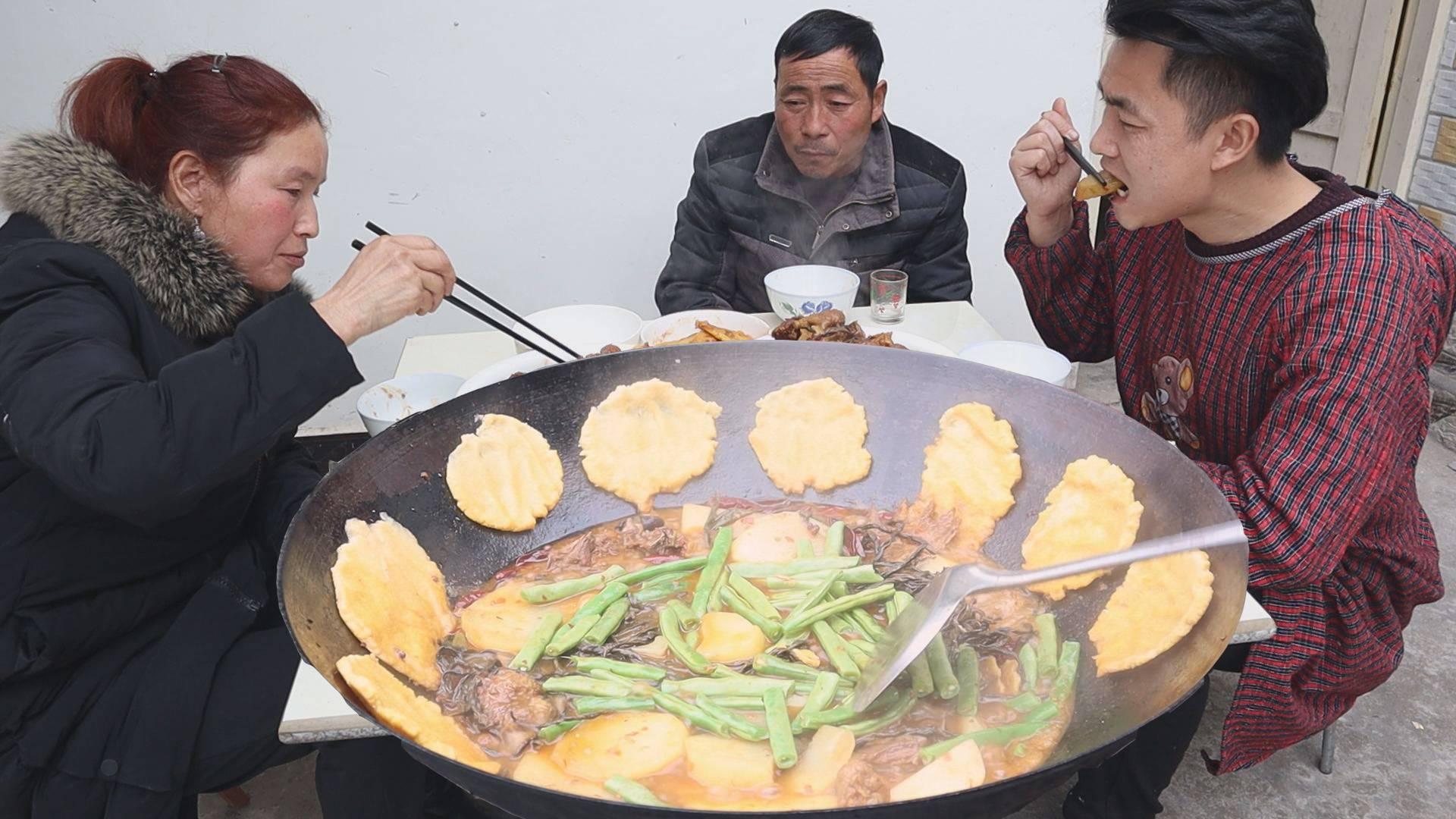 柴火鸡,4斤粮食鸡烧土豆、干豇豆,鸡肉烧得稀巴烂,越吃越爽